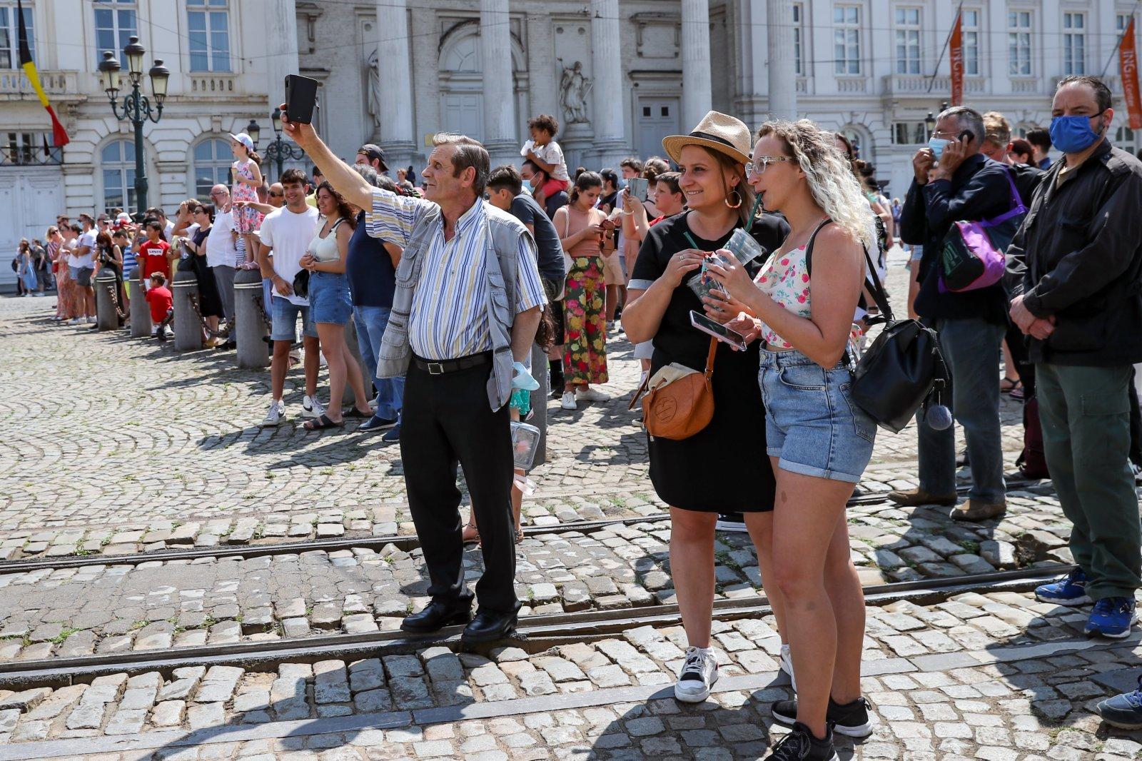 7月21日,人們在比利時布魯塞爾觀看國慶閱兵式。(新華社)