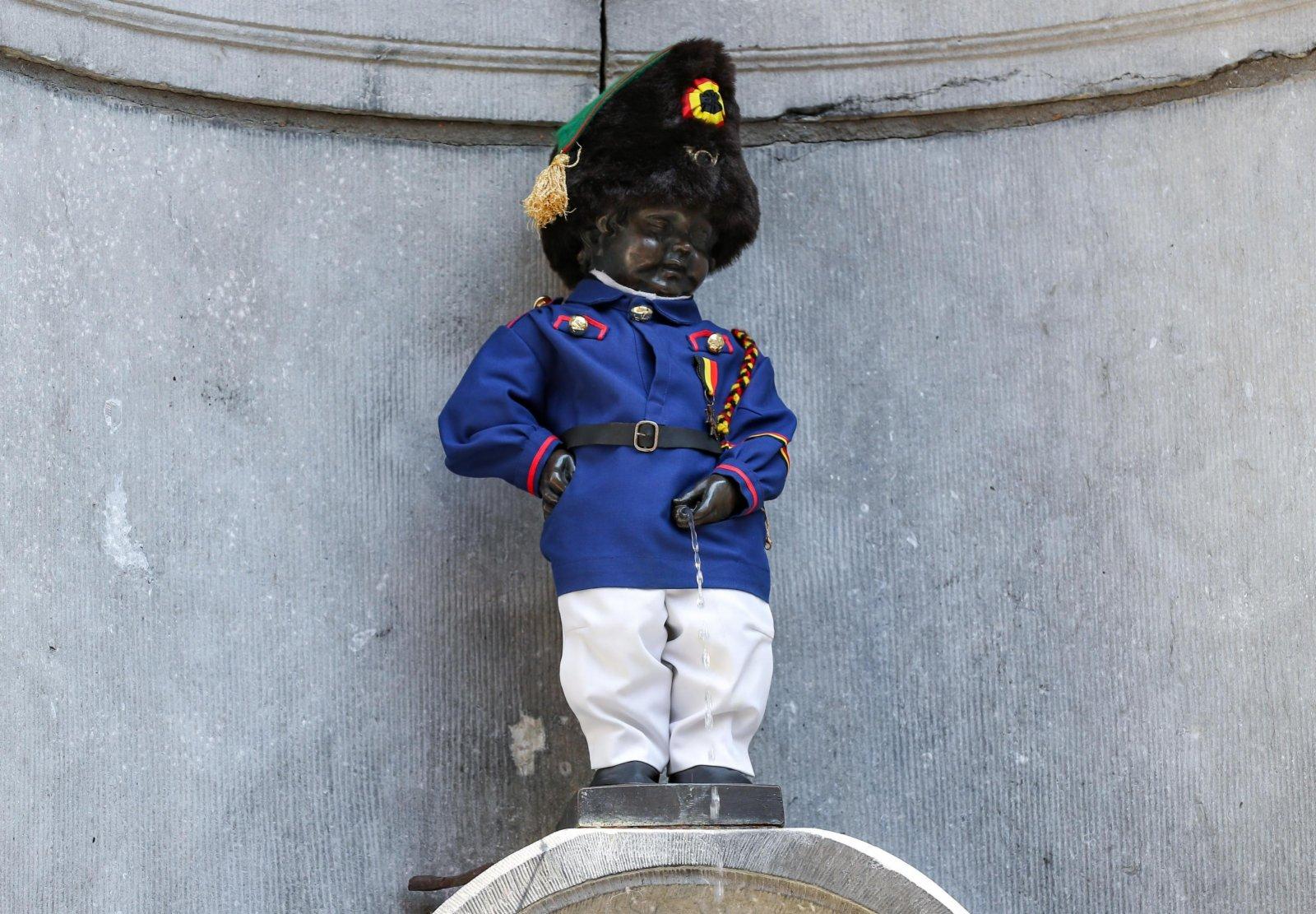 這是7月21日在比利時布魯塞爾拍攝的穿着比利時獨立戰爭志願軍服裝的「小尿童」雕像。(新華社)