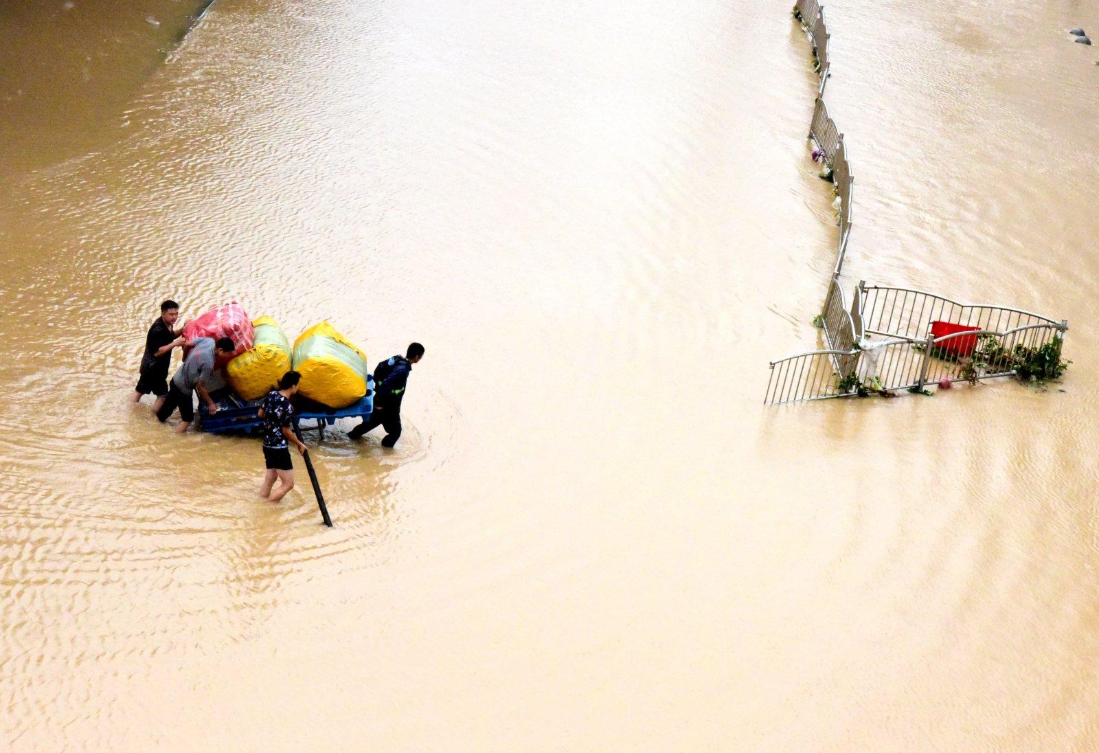 7月21日,鄭州市市民在轉移物資。(新華社)