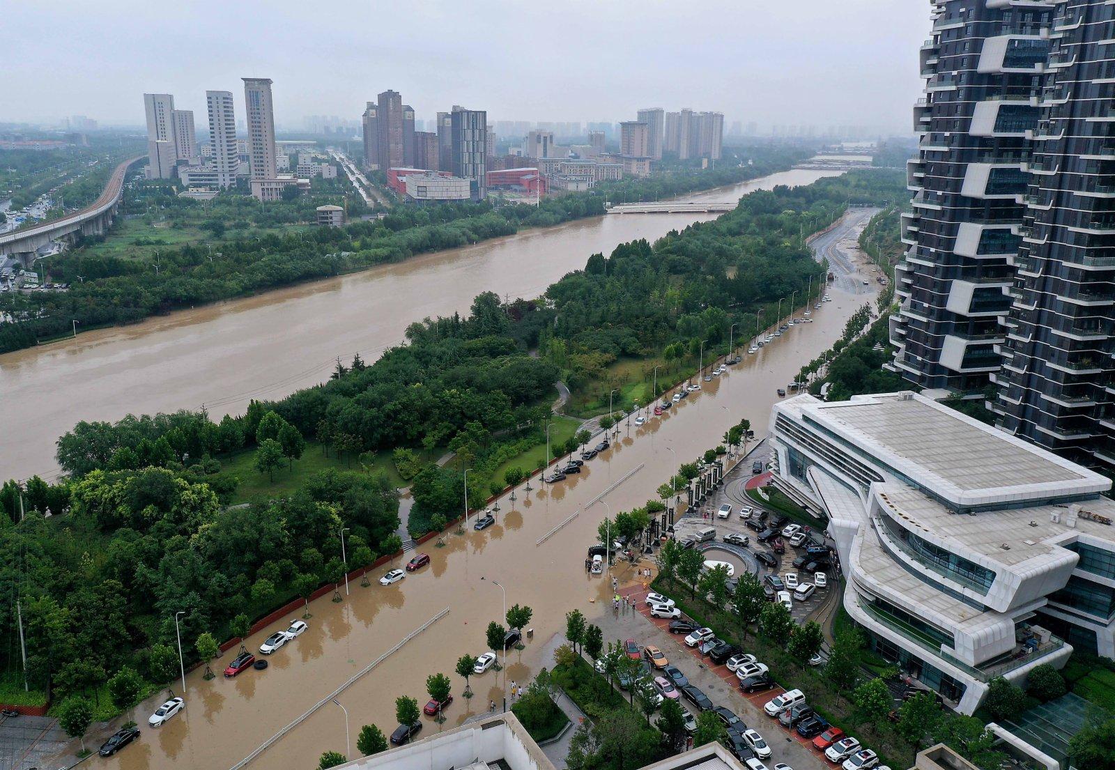 7月21日上午拍攝的鄭州市鄭東新區被水淹沒的部分路段(無人機照片)。(新華社)