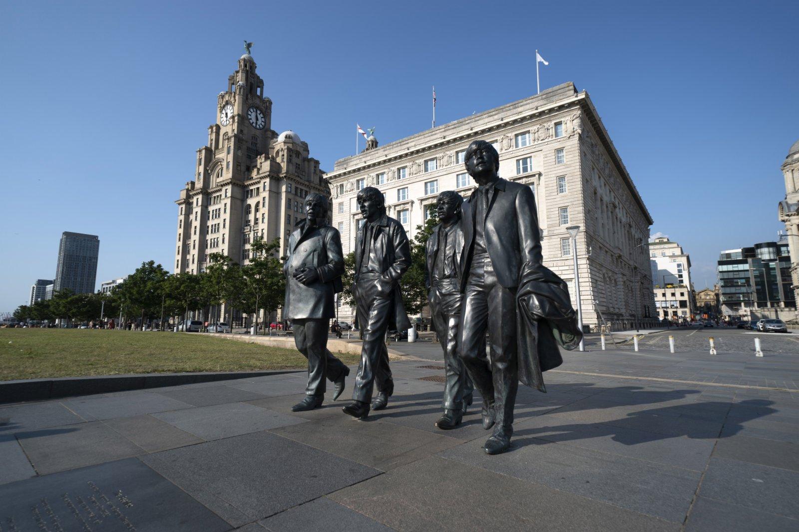 這是7月21日在英國利物浦的利物浦海上商城碼頭頂區域拍攝的披頭士樂隊雕像。(新華社)