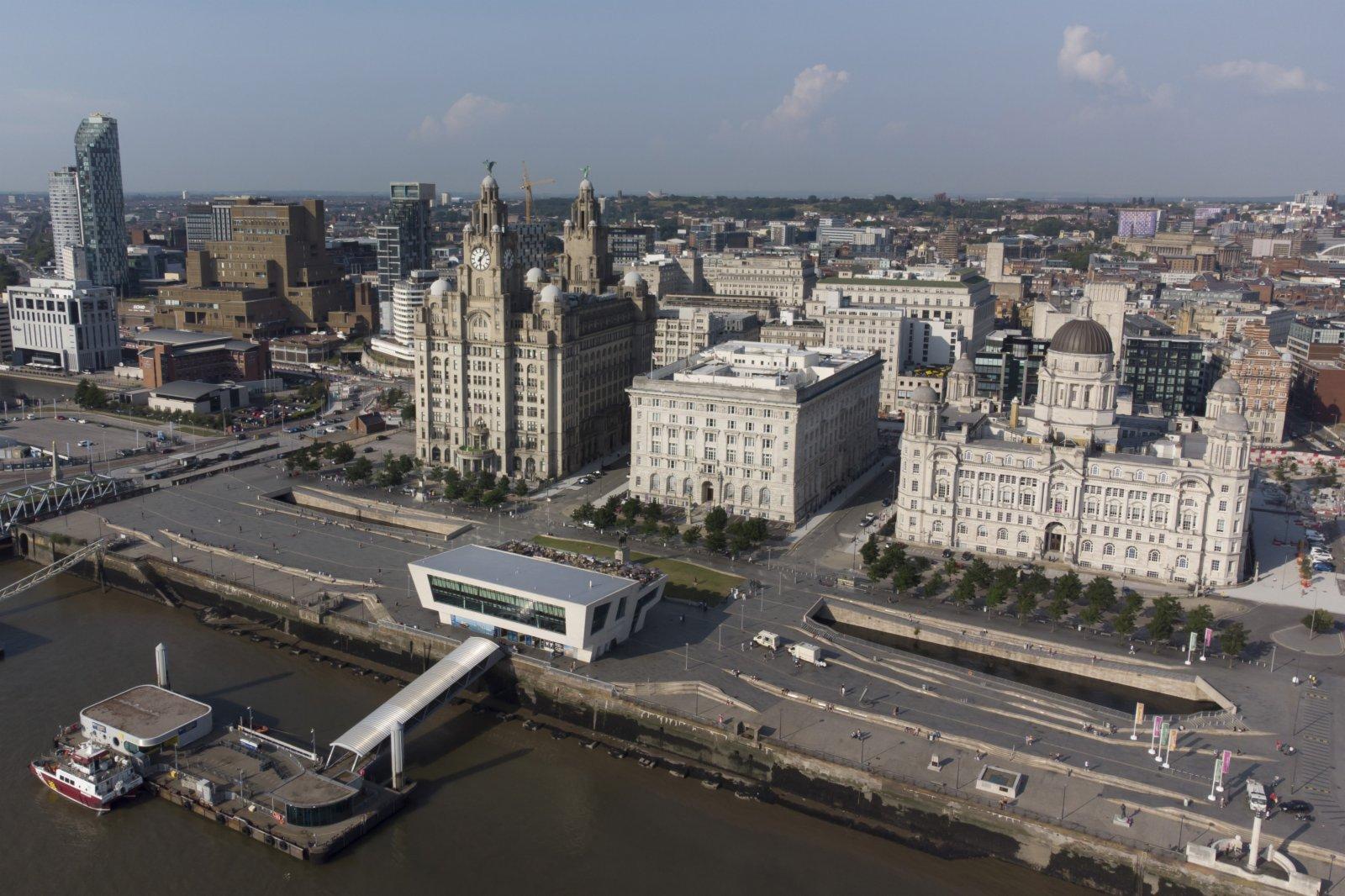碼頭頂最著名的建築為皇家利物大廈(右三)、丘納德大廈(右二)和利物浦港務大廈(右一),它們被統稱為「美惠三女神」。(新華社)
