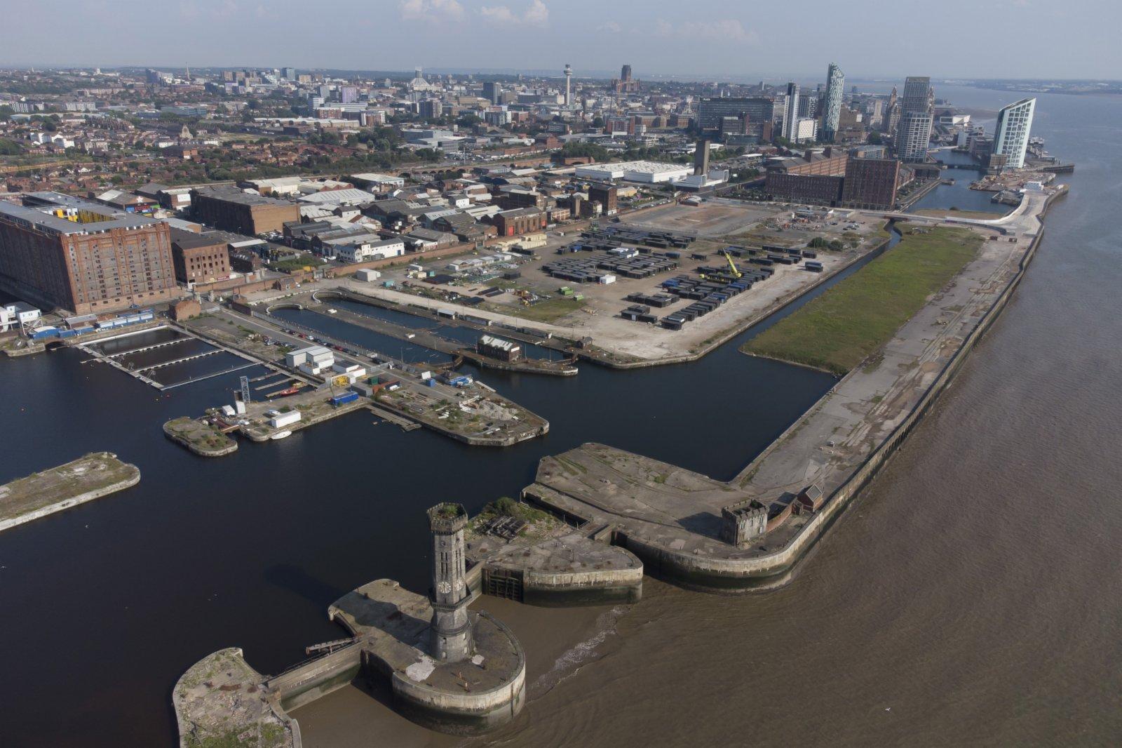 這是7月21日在英國利物浦拍攝的利物浦海上商城碼頭區(無人機照片)。當地足球俱樂部計劃在此處興建一座現代化足球場。(新華社)