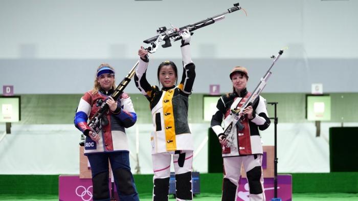 中國代表團首枚金牌!楊倩10米氣步槍摘金