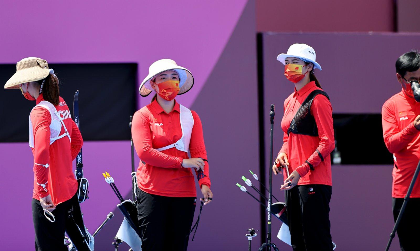 7月25日,中國隊選手賽後準備退場。當日,在東京奧運會射箭女子團體八分之一淘汰賽中,中國隊以3比5不敵白俄羅斯隊。(新華社)