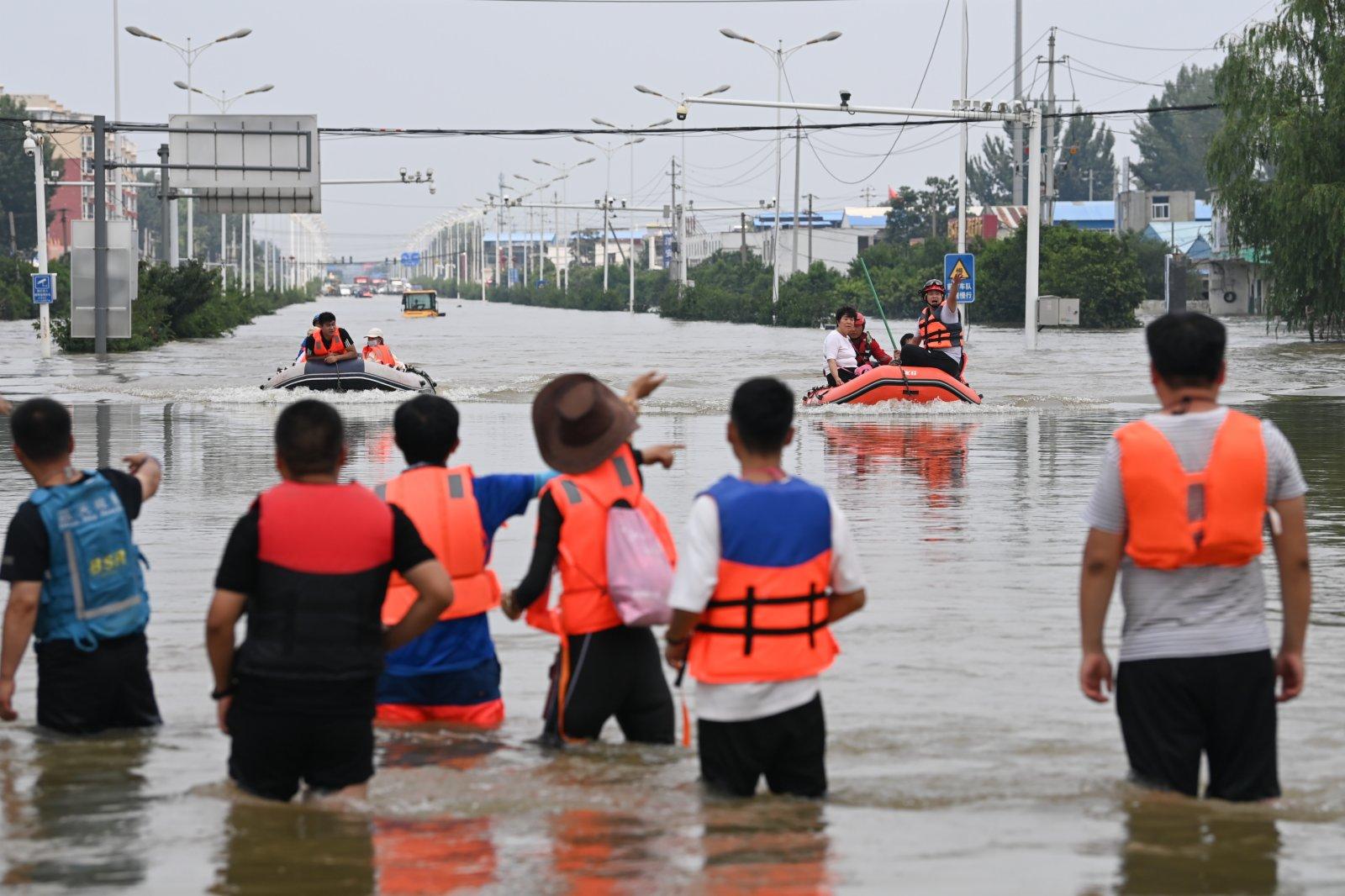 圖為救援人員轉移民眾。