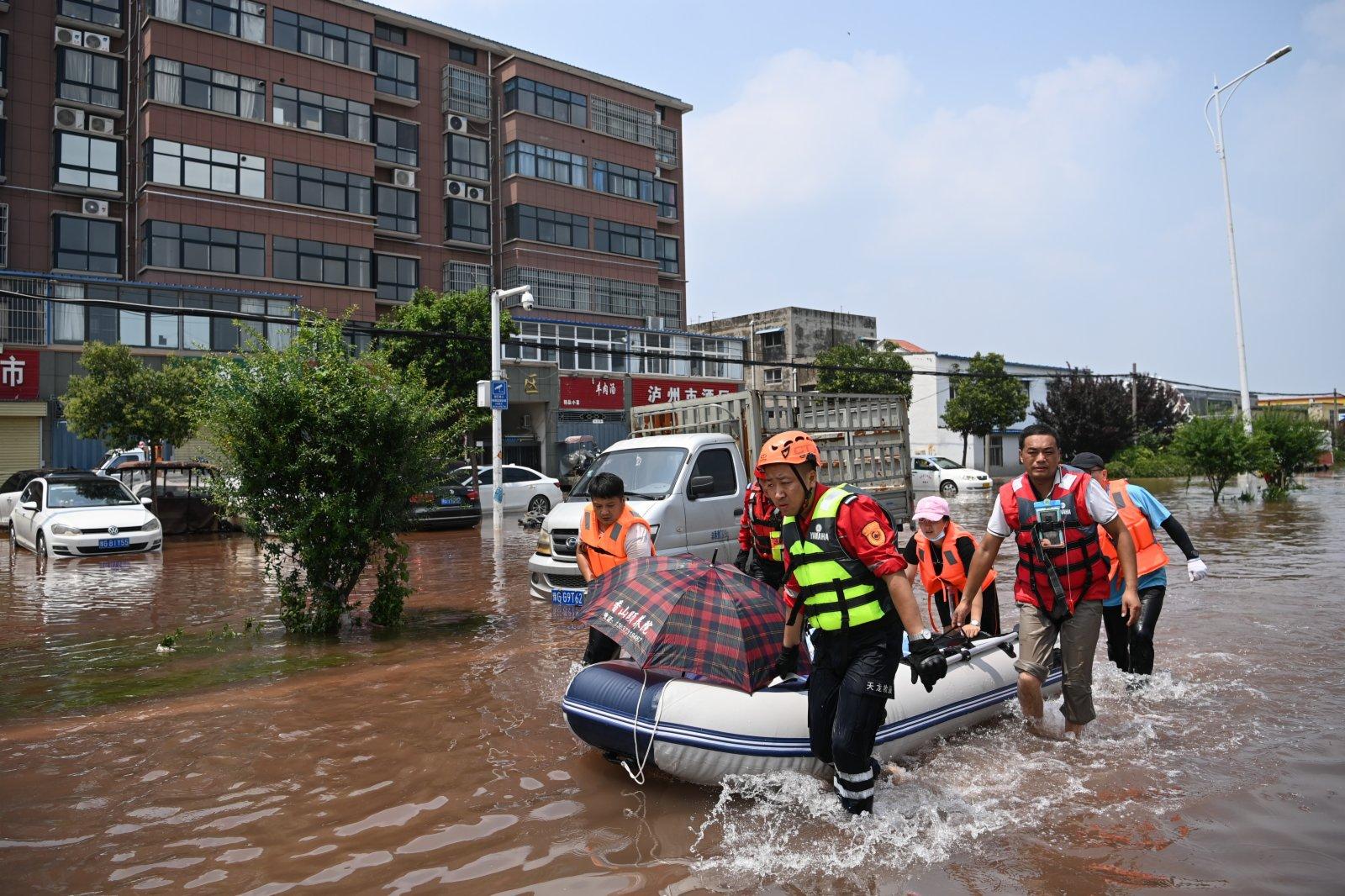 圖為救援人員在小朱莊轉移老人。