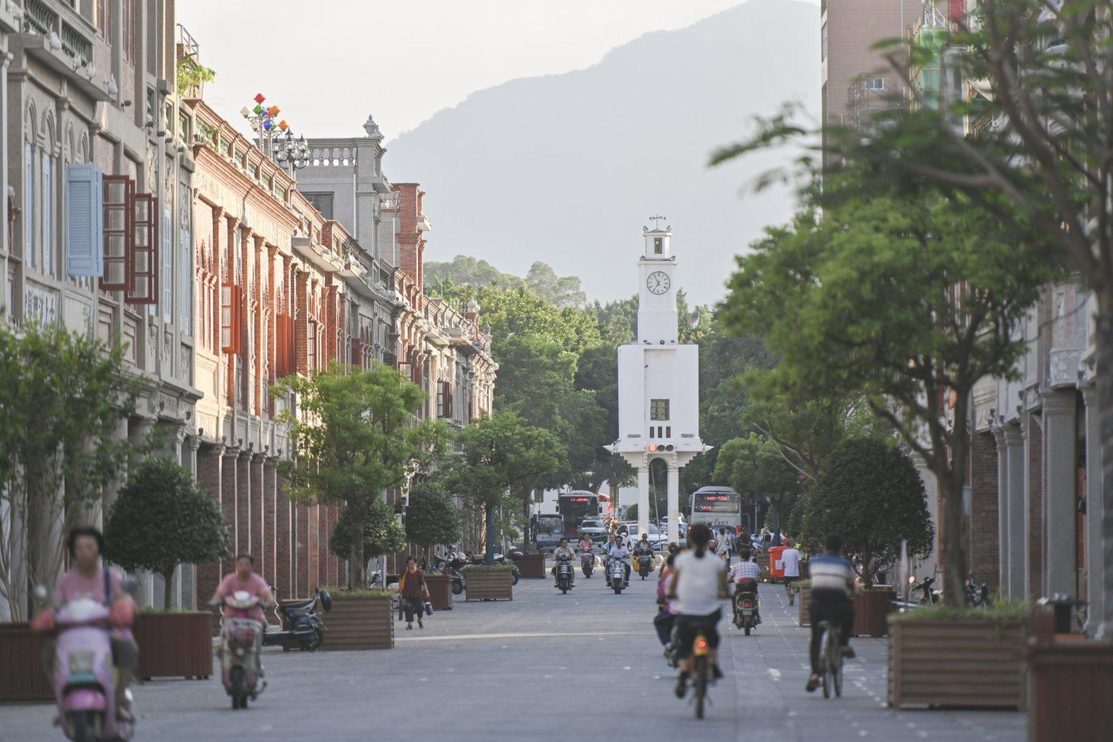 市民在泉州市鯉城區的中山中路出行。