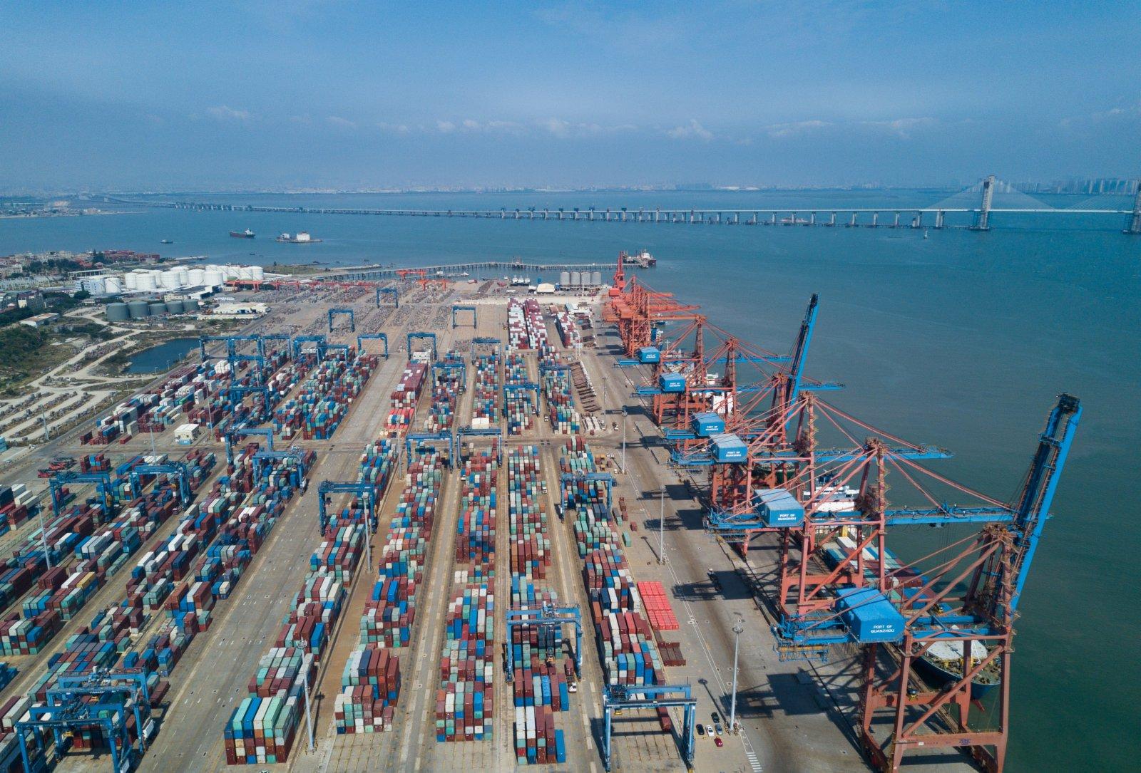 在泉州最主要的現代集裝箱港石獅石湖港,大型機械在吊裝集裝箱。
