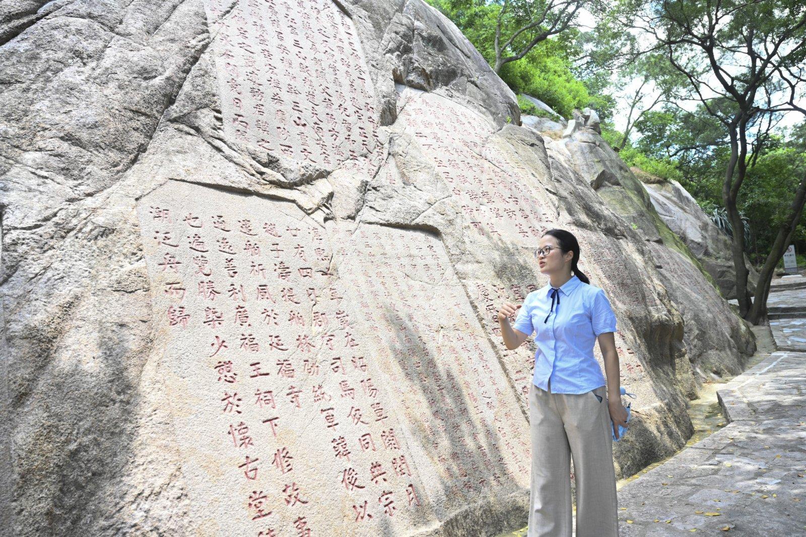 在泉州南安市的九日山,講解員在介紹祈風石刻內容。