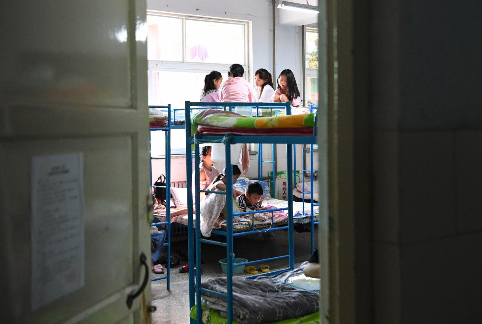 轉移群眾在河南省新鄉市第二中學安置點的宿舍內休息。