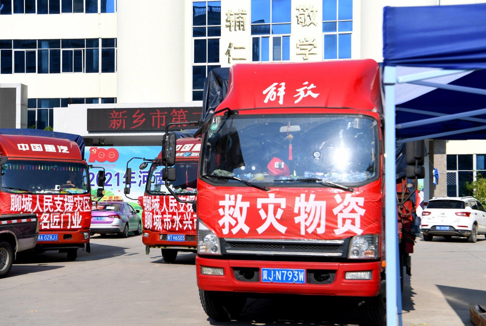 在河南省新鄉市第二中學安置點拍攝的物資運輸車輛。