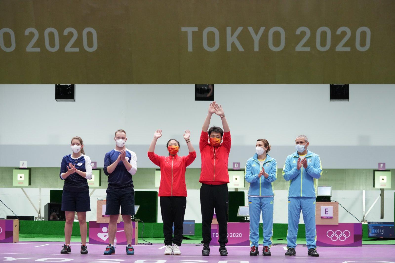 中國選手姜冉馨(左三)/龐偉(右三)在慶祝。(新華社)