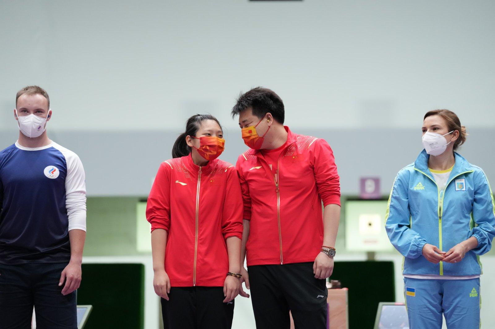 中國選手姜冉馨(左二)和龐偉(右二)在慶祝。(新華社)