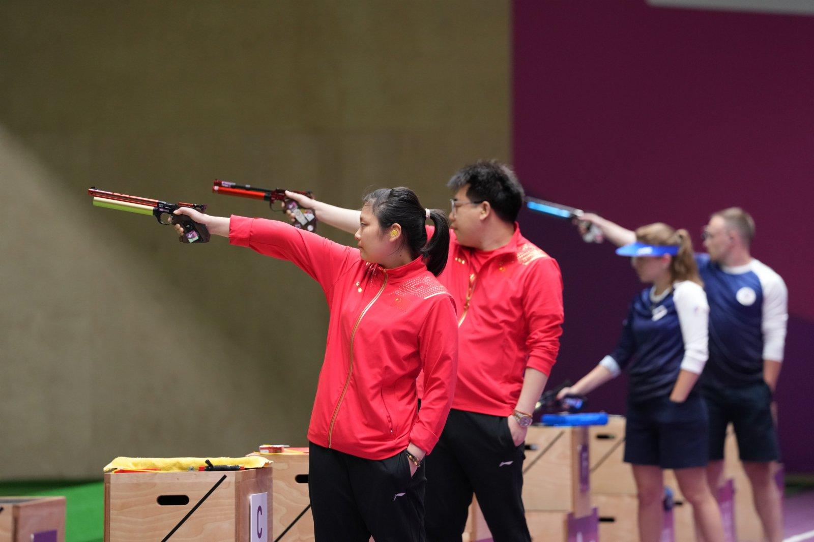 中國選手姜冉馨(左一)和龐偉(左二)在比賽中。(新華社)