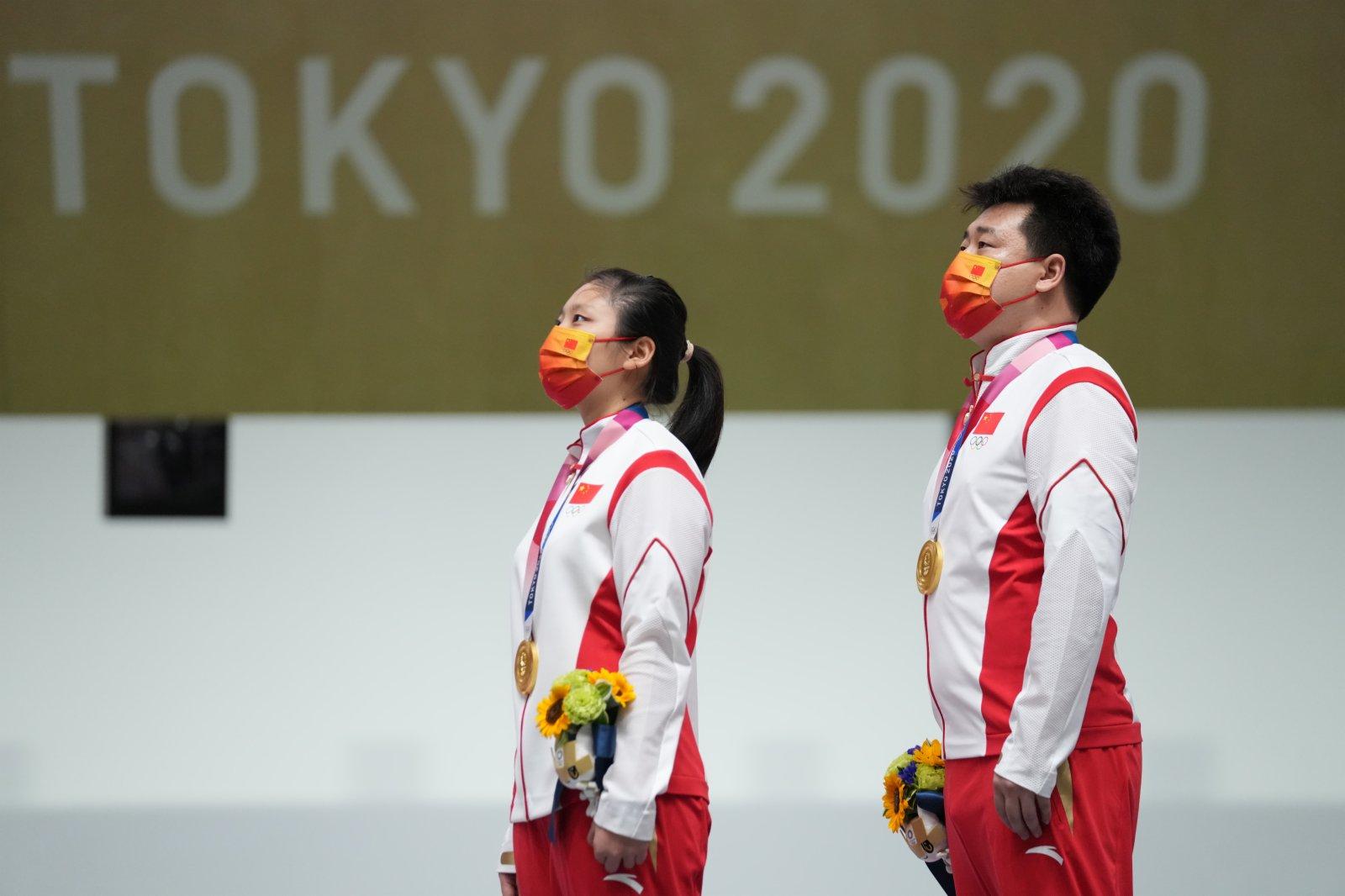 姜冉馨(左)和龐偉在頒獎儀式上。(新華社)
