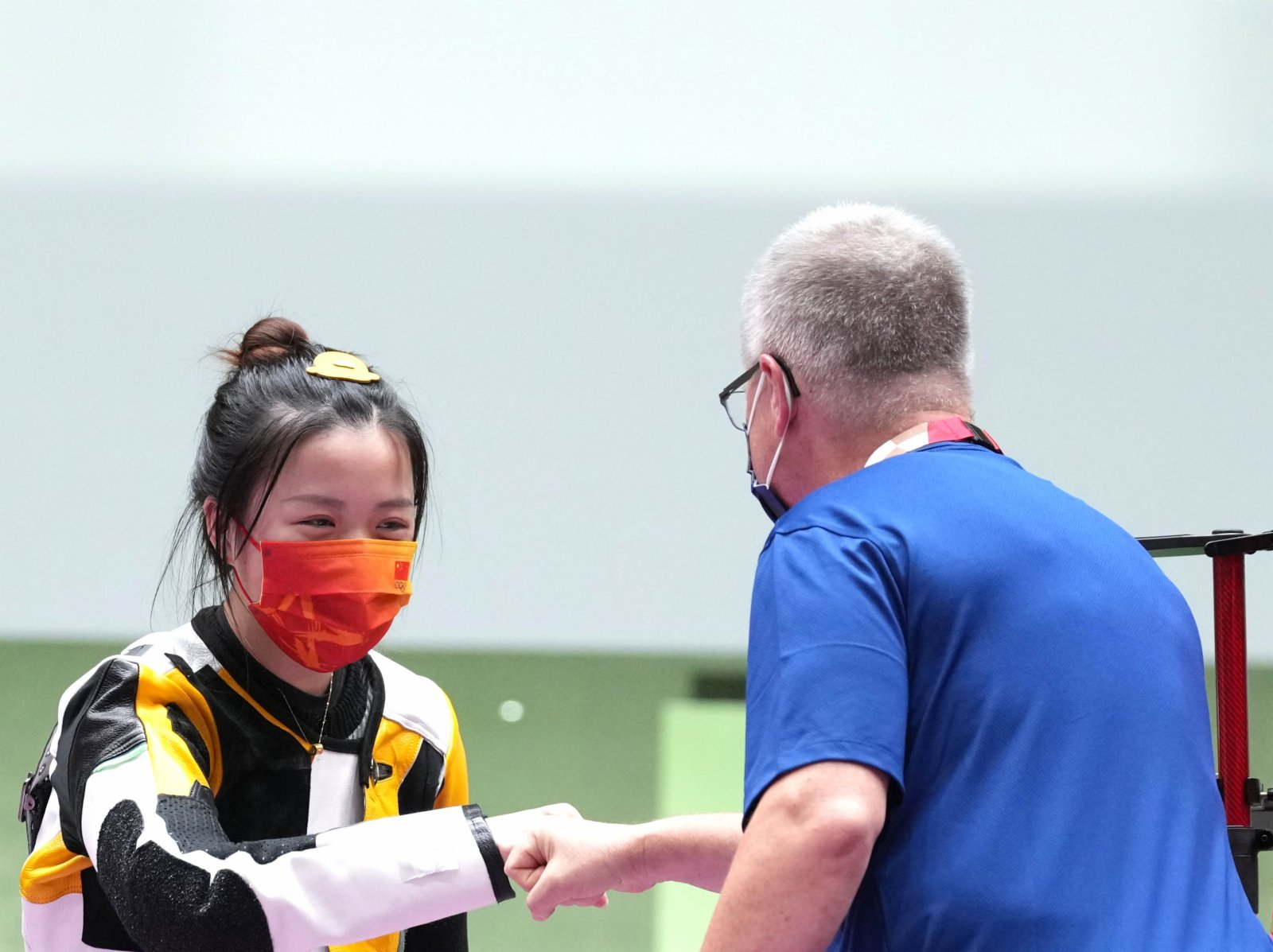楊倩賽後與美國隊教練致意。
