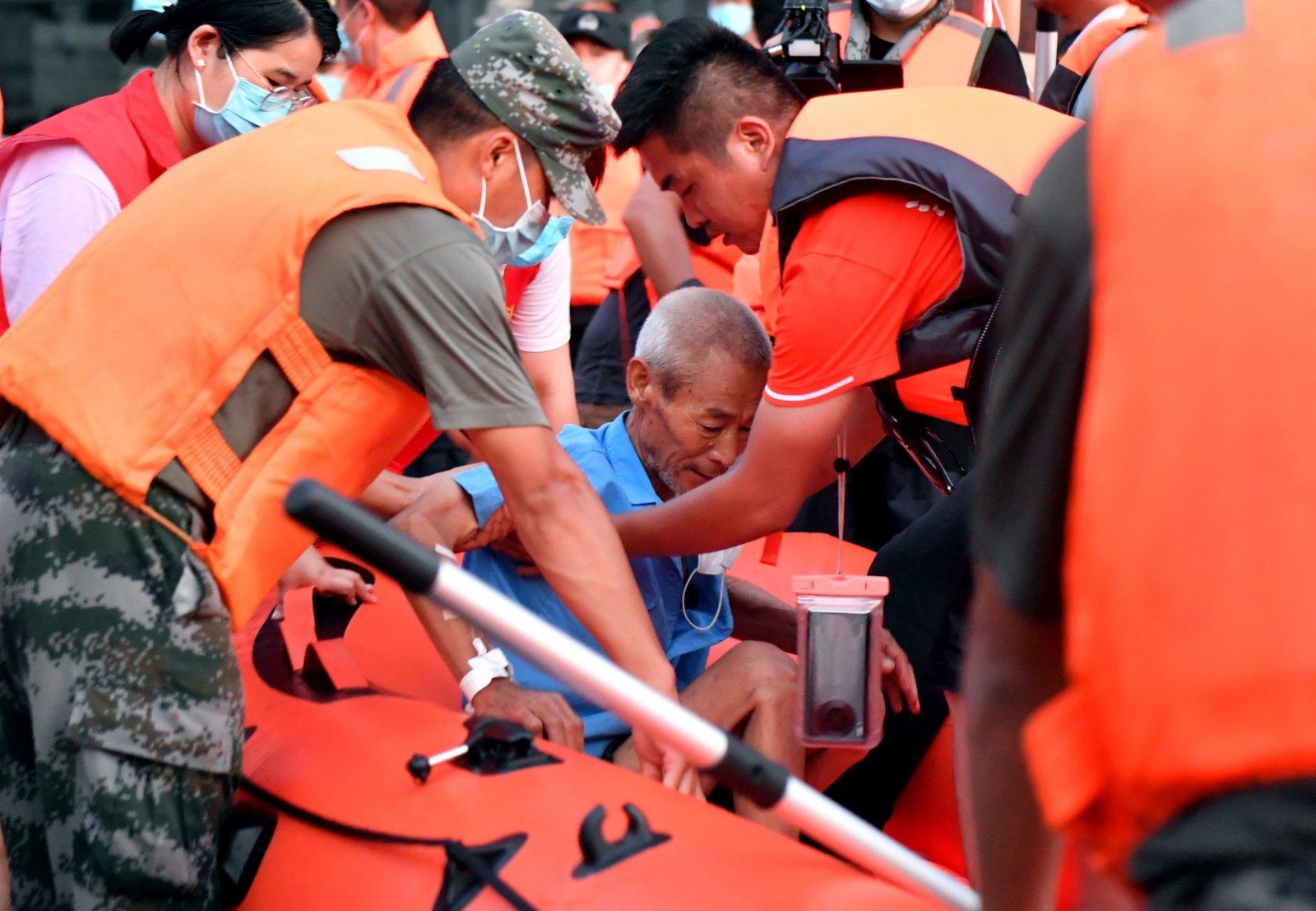 在河南省衛輝市新鄉醫學院第一附屬醫院內,救援人員將一名患者轉移。