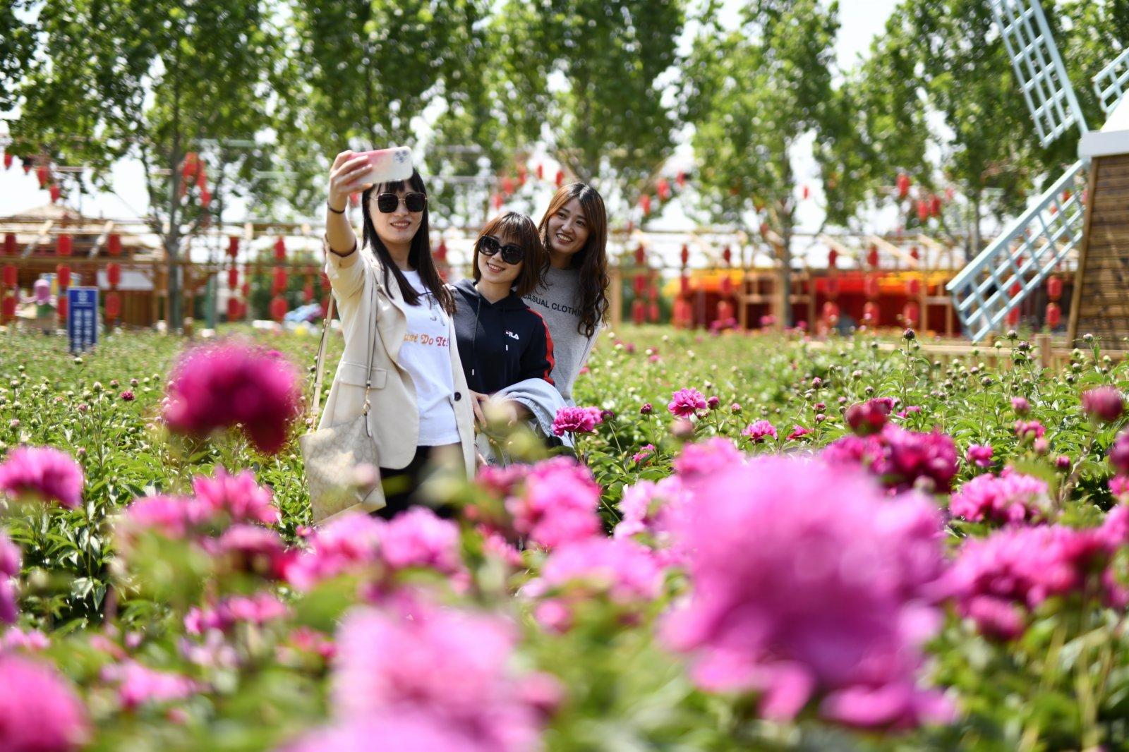 遊客在唐山市豐潤區西那母生態旅遊度假村內合影。 新華社