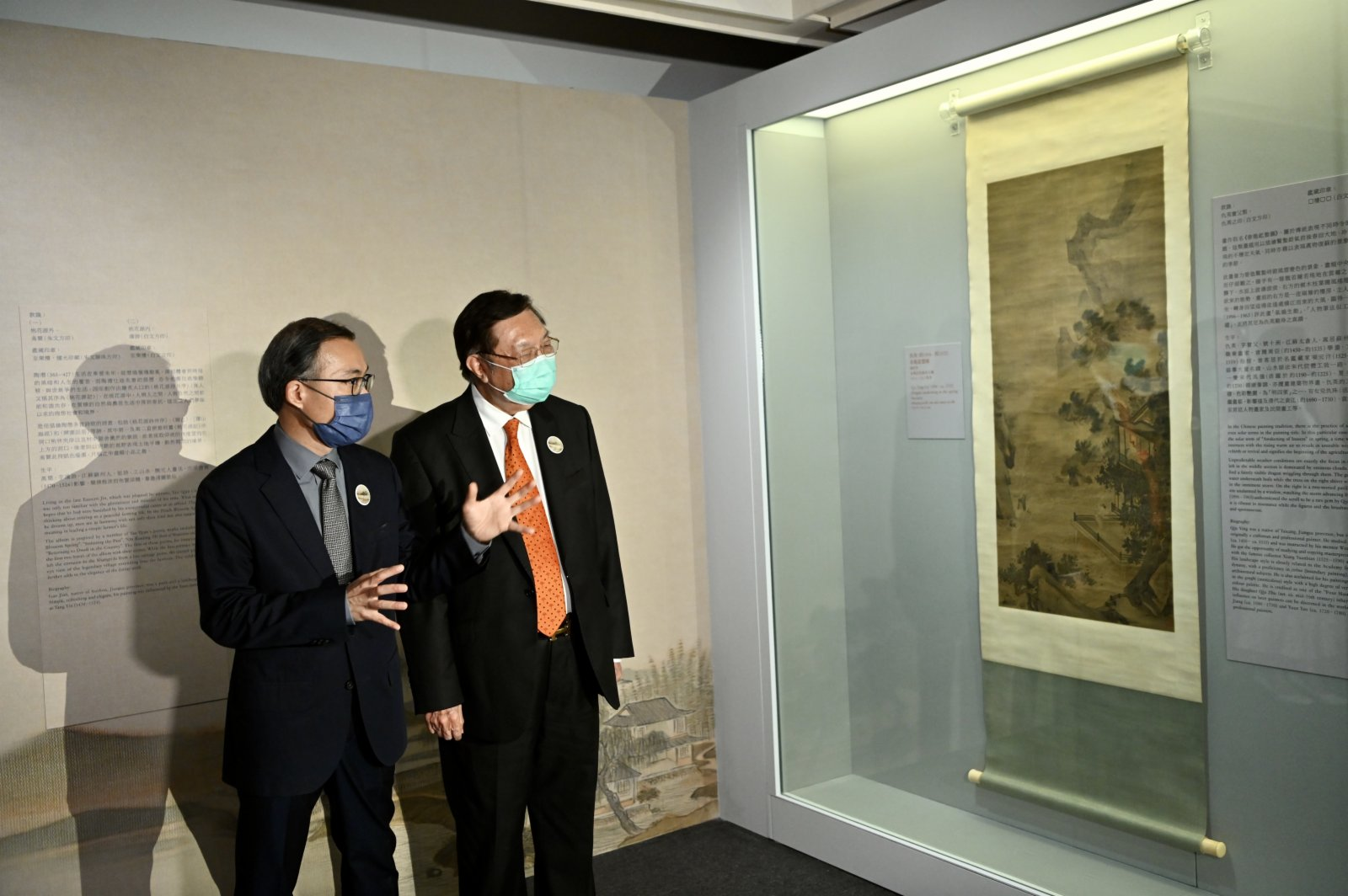 香港藝術館館長(至樂樓)鄧慶燊和至樂樓主席何世柱欣賞仇英的《春龍起蟄圖》。