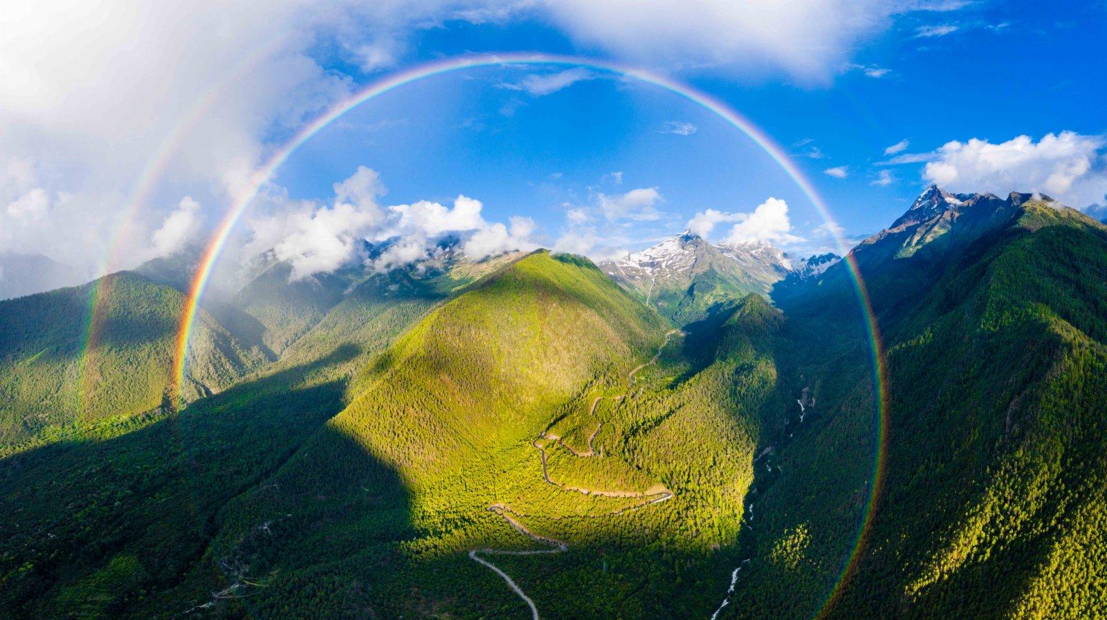 這是7月6日拍攝的米林縣派鎮至墨脫公路上的彩虹(無人機照片)。(新華社)