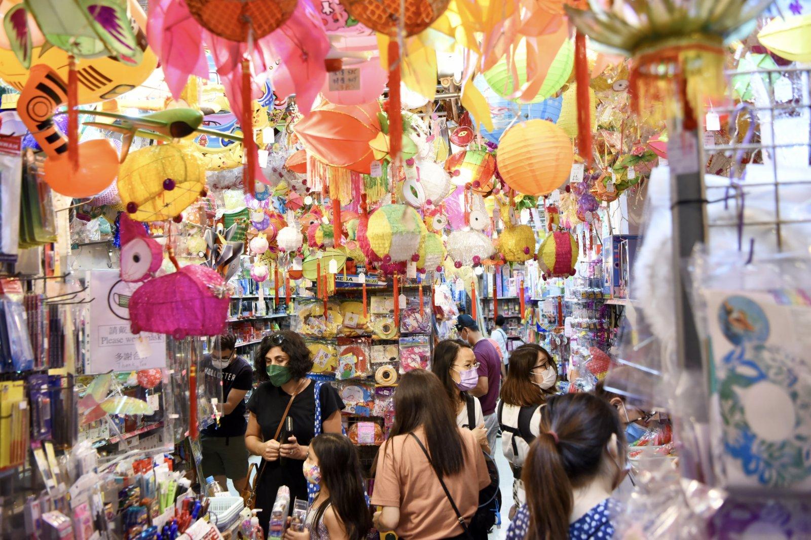 中秋將至,不少商鋪已掛起琳瑯滿目的燈籠,市民於周末空閒前來選購心儀的花燈。(中新社)