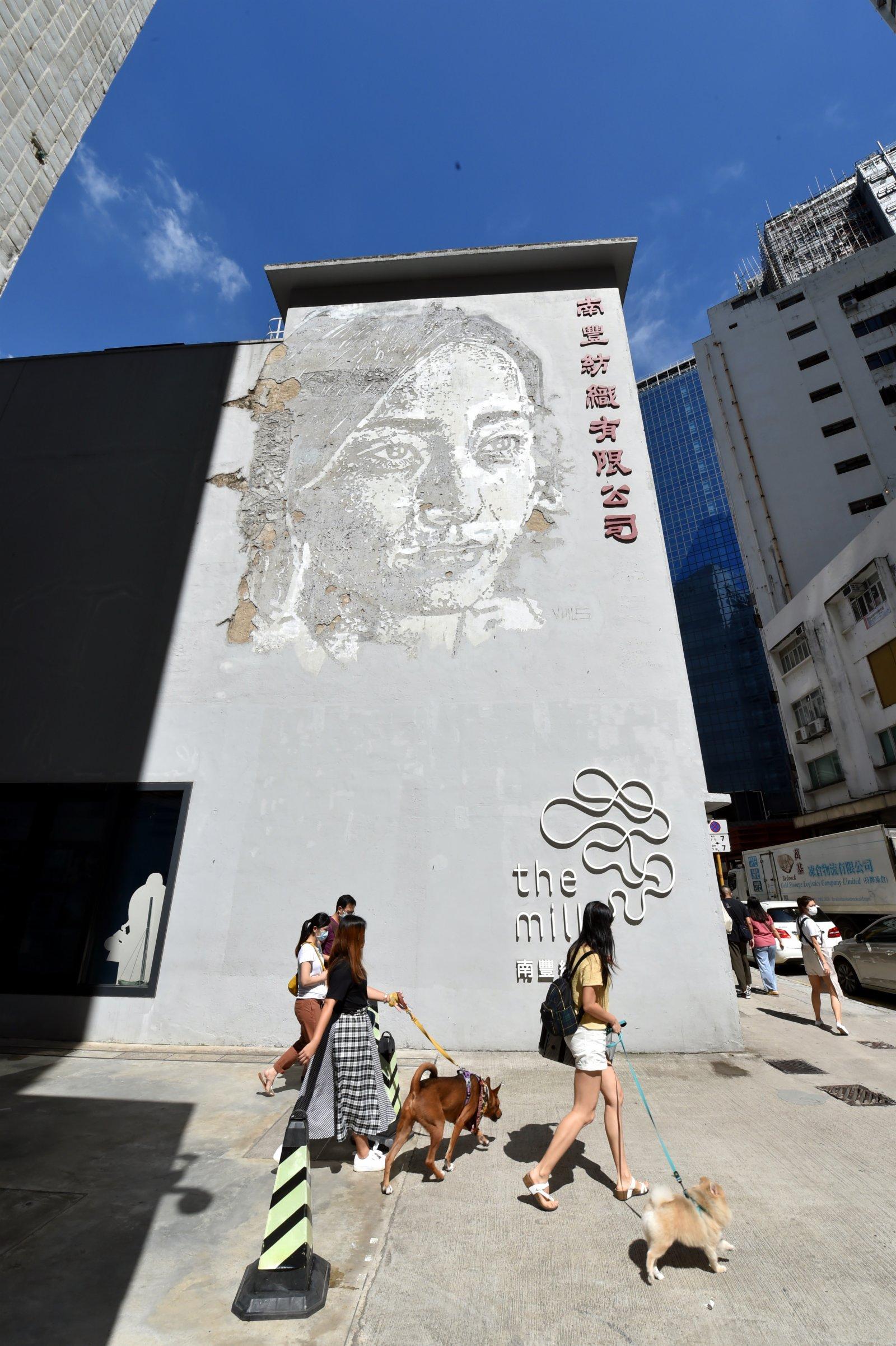 這是香港南豐紗廠外墻上的紡織女工頭像。(新華社)