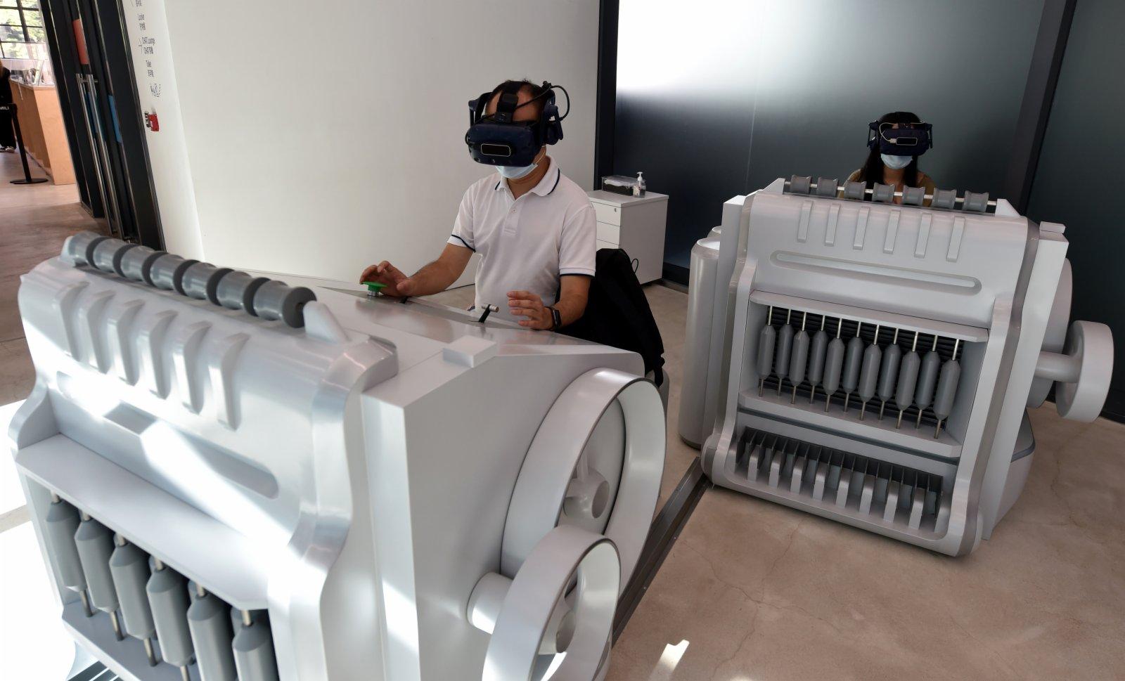 9月4日,市民在香港南豐紗廠體驗虛擬紡織。(新華社)