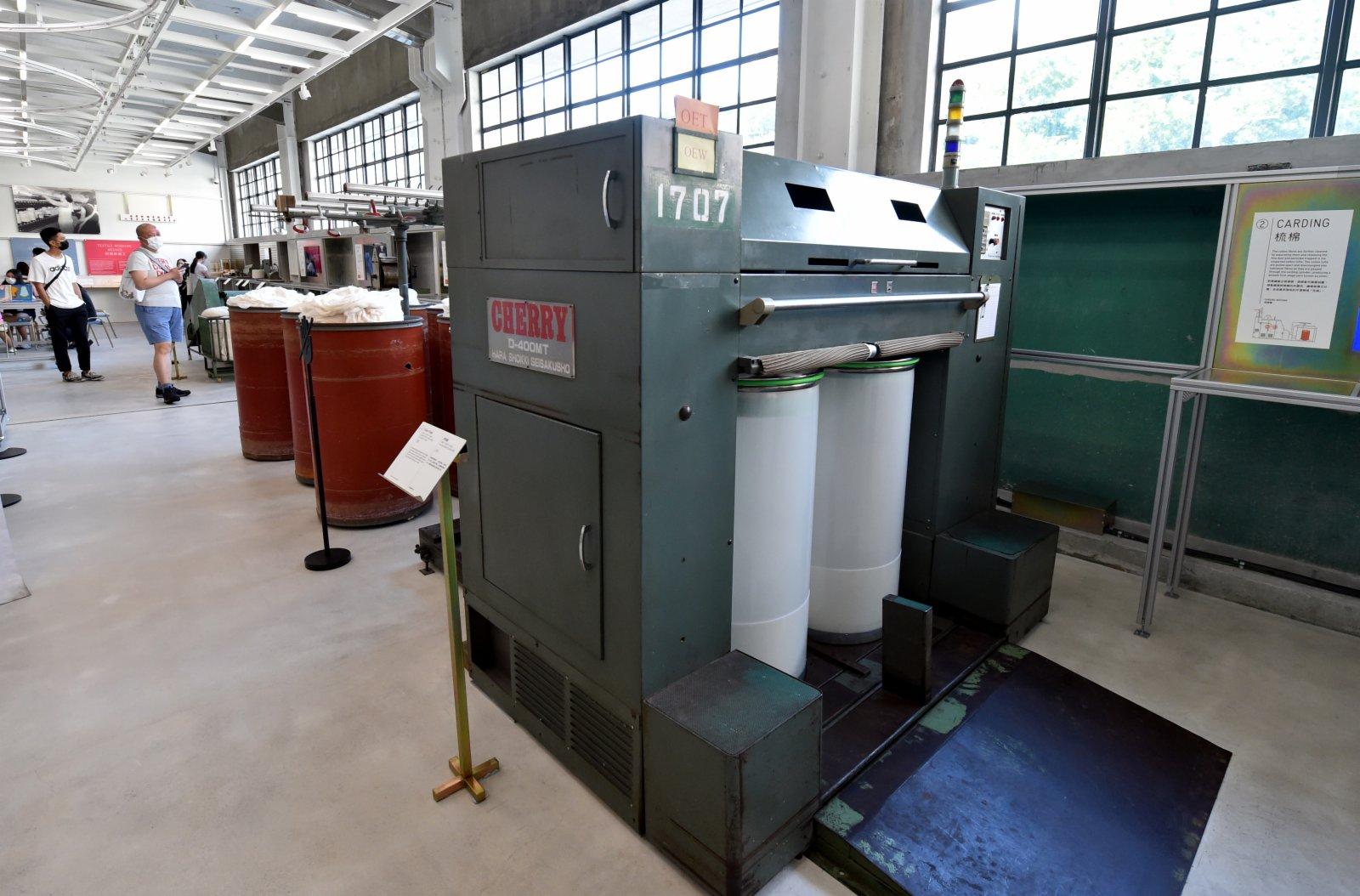 這是香港南豐紗廠展出的生產設備。(新華社)