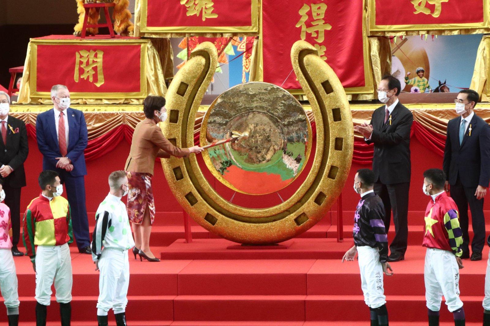 行政長官林鄭月娥敲響巨型銅鑼,標誌新馬季展開。(香港文匯報記者 攝)