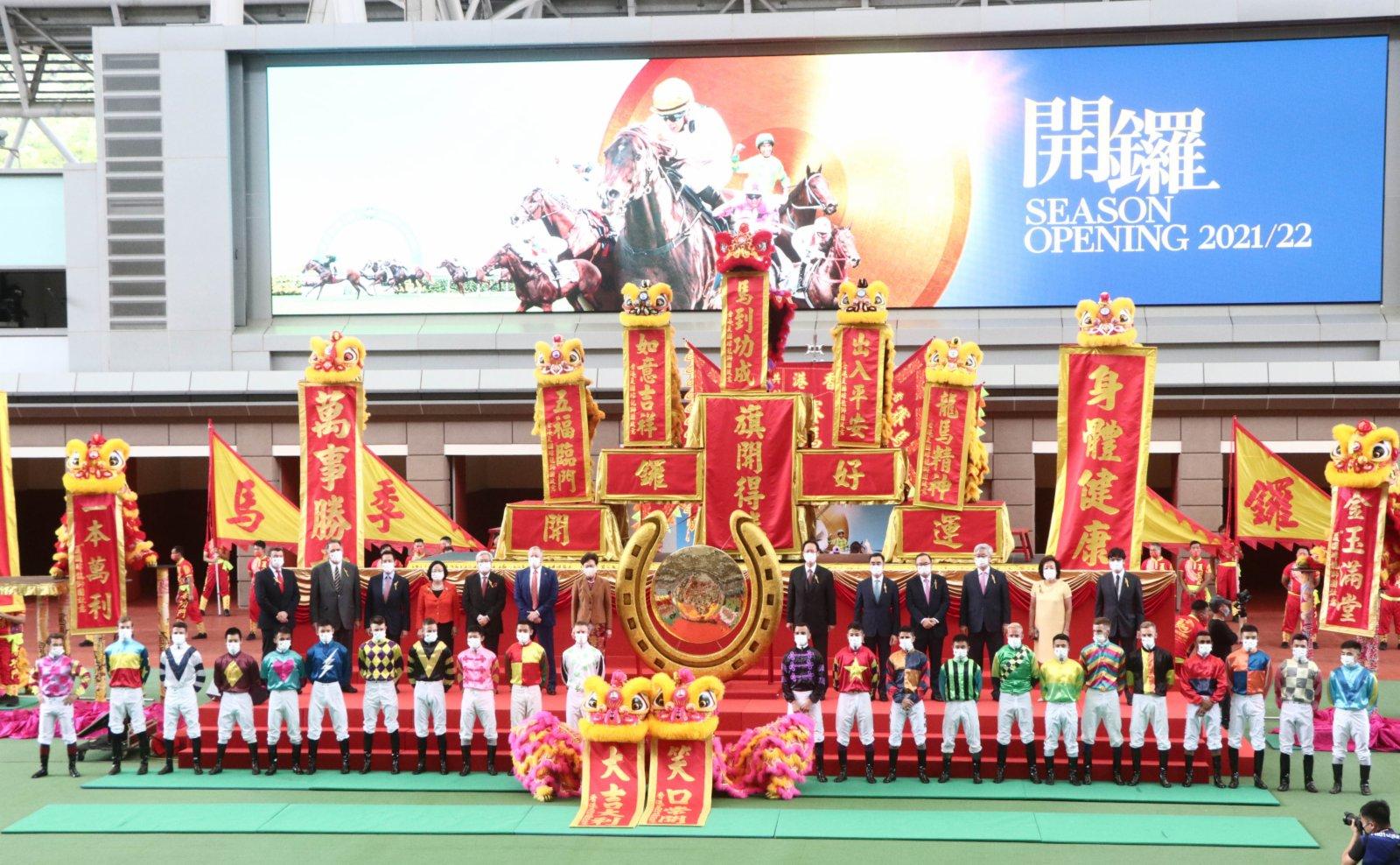行政長官林鄭月娥、馬會主席陳南祿、行政總裁應家柏及一眾董事與騎師合照。(香港文匯報記者 攝)