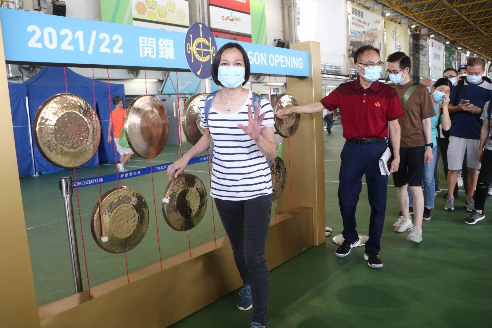 不少人到公眾席廣場敲打銅鑼。(香港文匯報記者 攝)