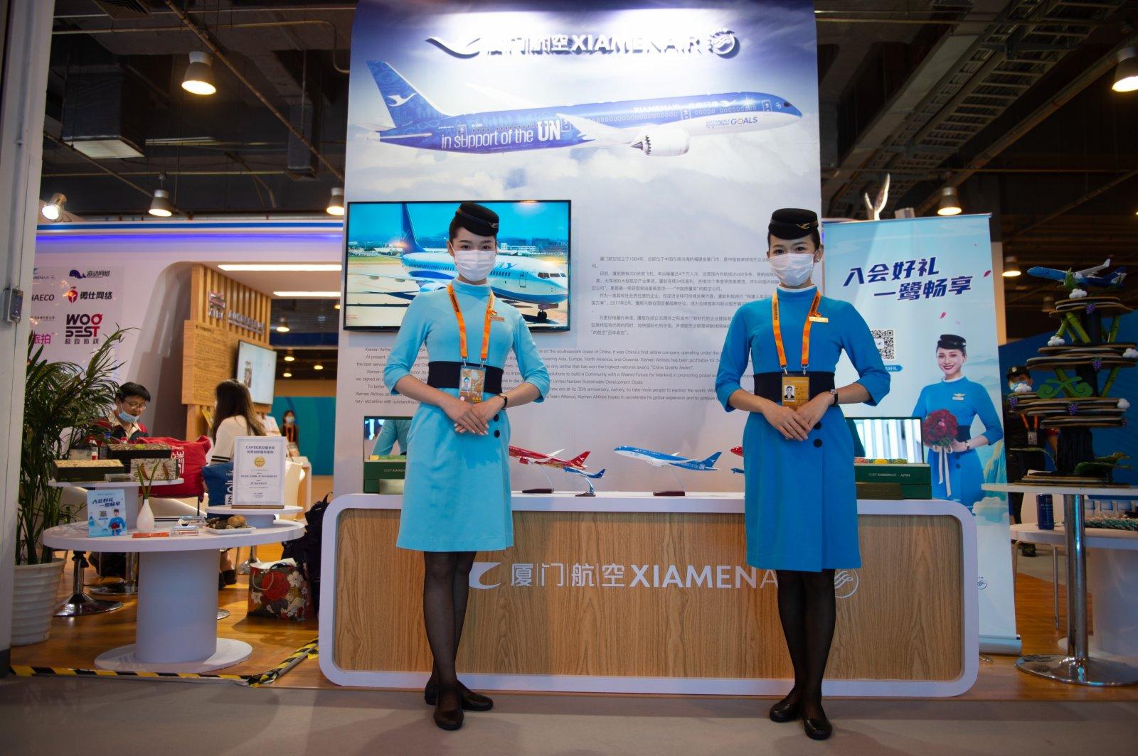 9月4日在服貿會國家會議中心展區廈門展位拍攝的廈門航空公司的空乘人員。(新華社)