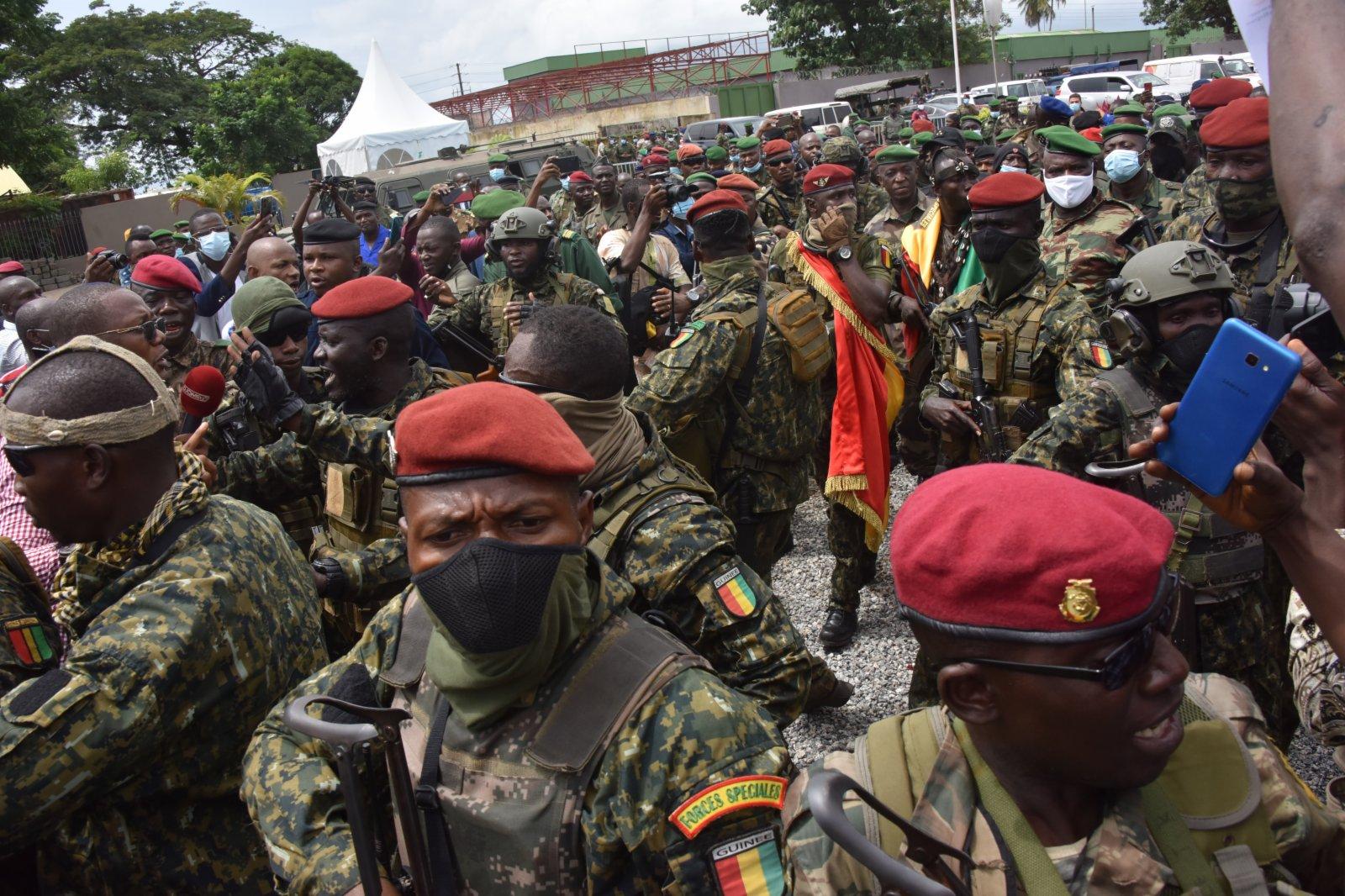 9月6日,政變軍隊在幾內亞科納克里人民宮外維持秩序。新華社
