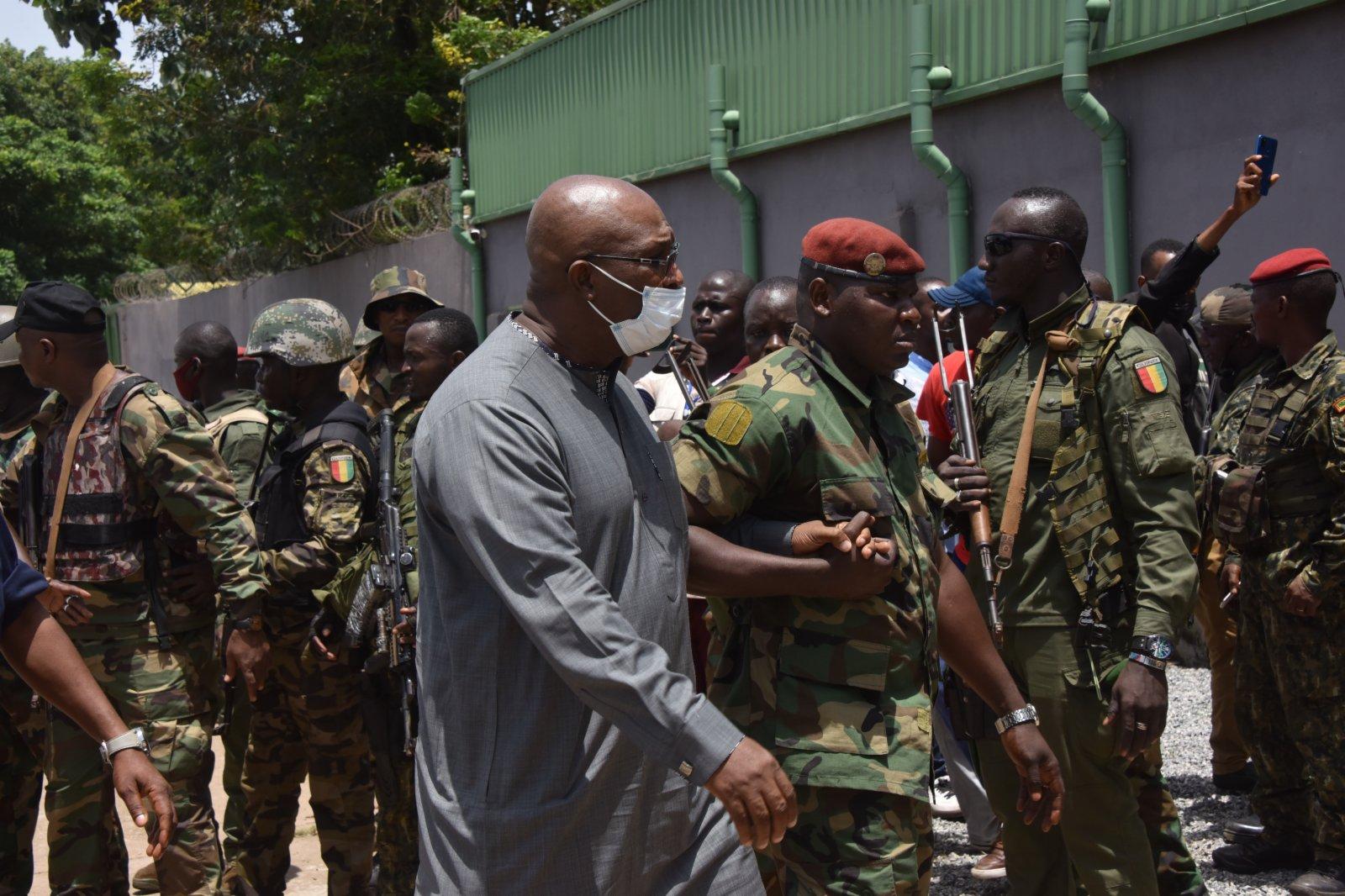 9月6日,一名孔戴政府官員在幾內亞政變軍隊護送下進入科納克里人民宮。新華社