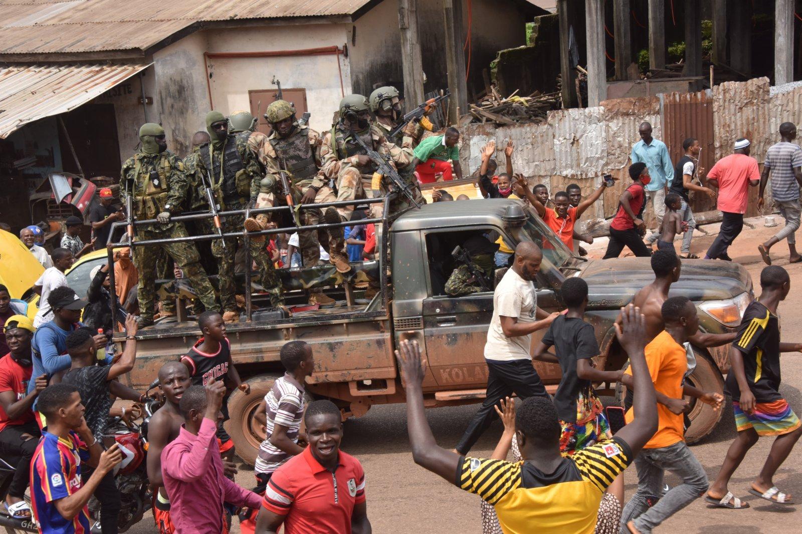 9月5日,人們聚集在幾內亞科納克里街頭。新華社