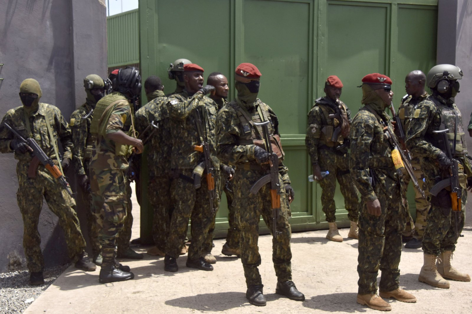 這是9月6日在幾內亞科納克里人民宮外拍攝的政變軍隊。新華社