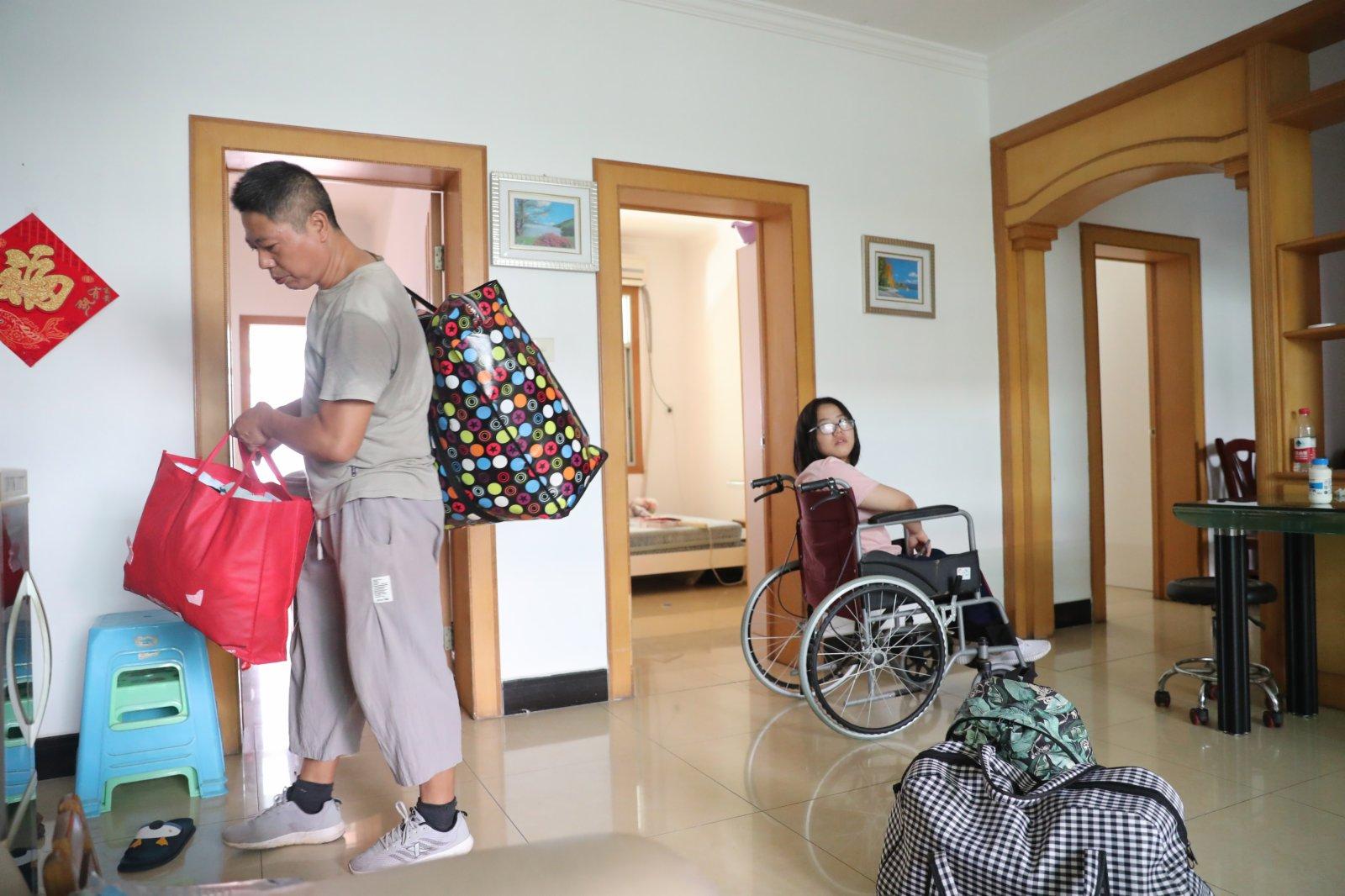 9月1日,謝培軍在家中整理女兒的生活用品,準備趕往學校報到。(新華社)