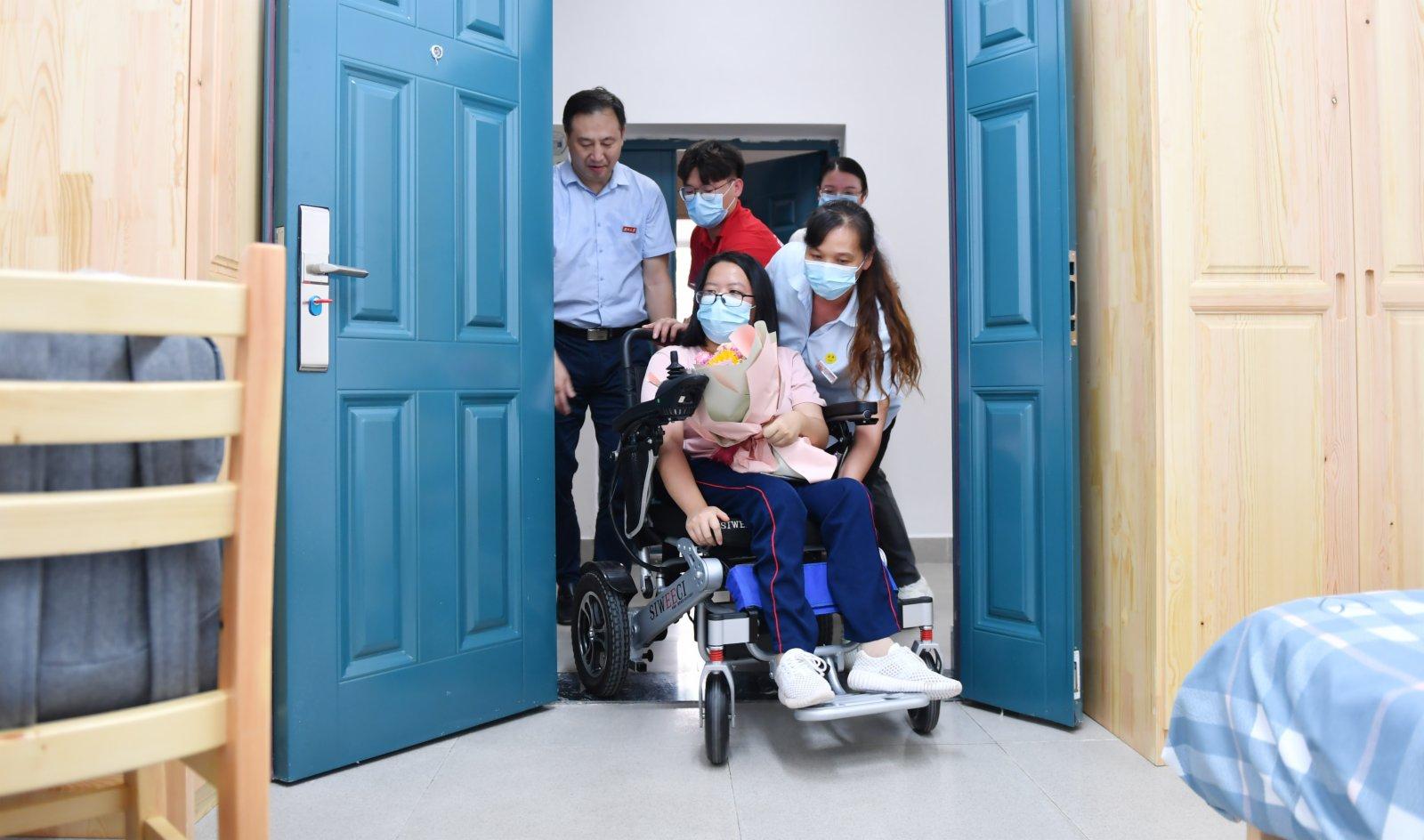 9月1日,謝可欣在湖南大學師生的幫助下進入學校為她安排的「愛心宿舍」。(新華社)