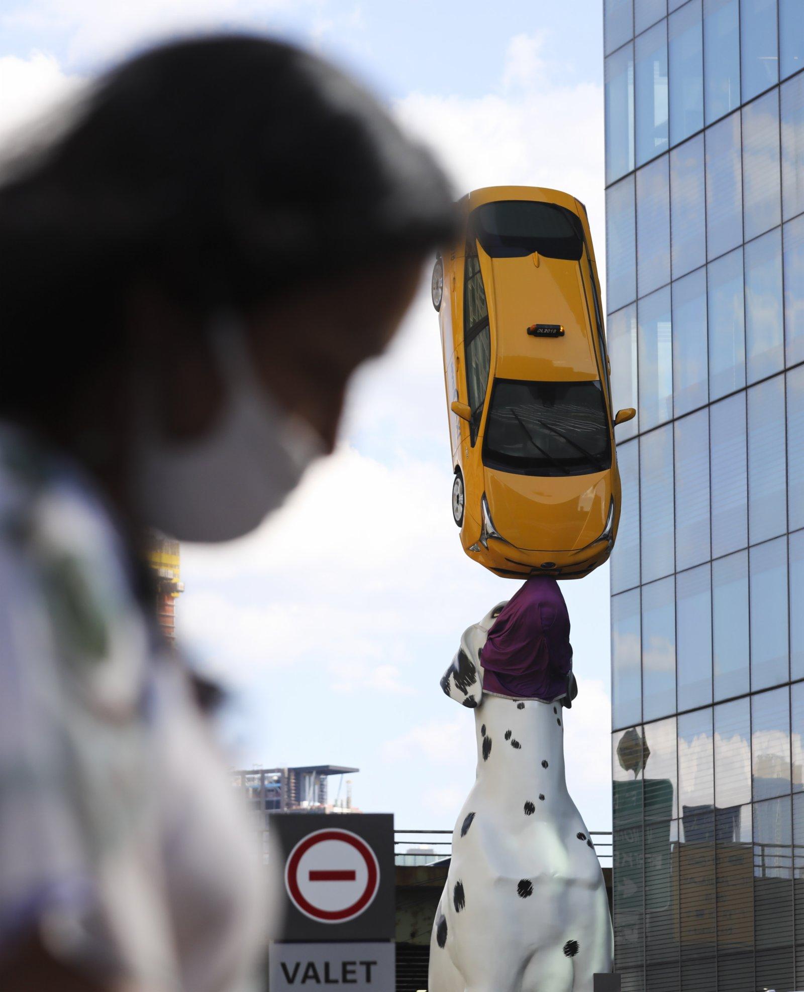 這是9月6日在美國紐約一家醫院前拍攝的被戴上口罩的雕塑。(新華社)