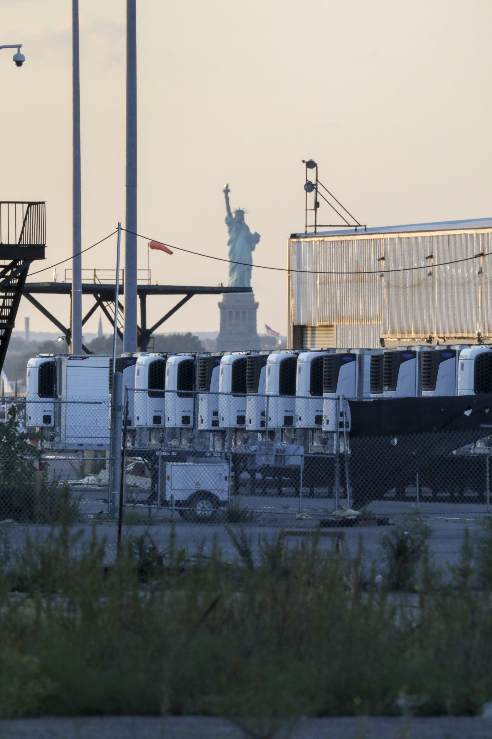 這是9月6日在美國紐約布魯克林拍攝的一處臨時停屍場內存放新冠患者遺體的冷藏車。(新華社)
