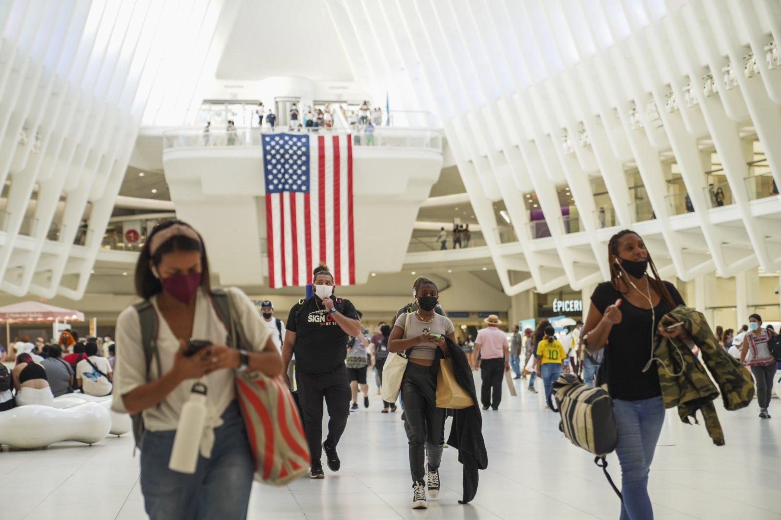 9月6日,人們走在美國紐約的世貿中心車站內。(新華社)