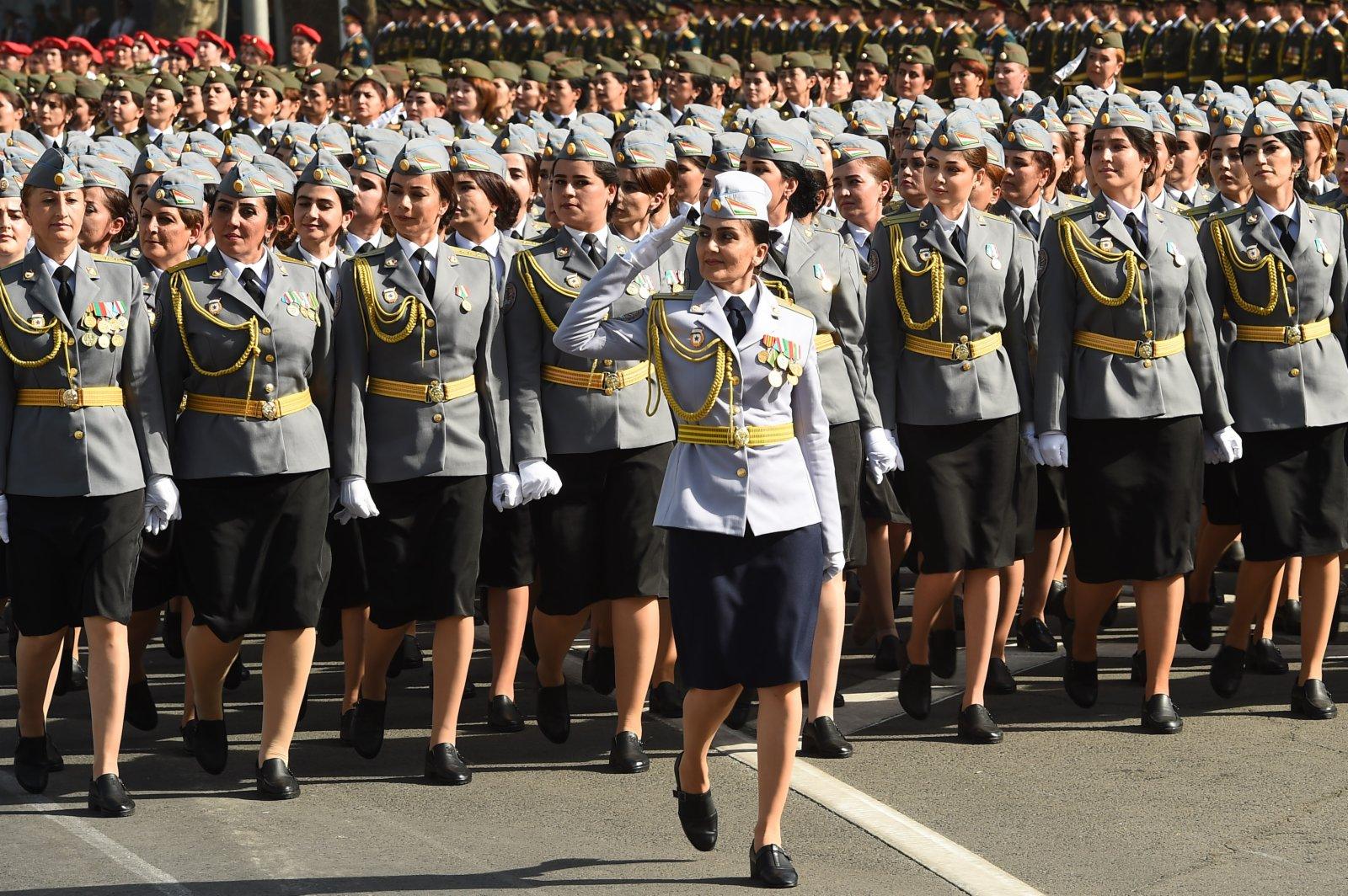 9月7日,塔吉克斯坦官兵在杜尚別舉行的閱兵儀式上接受檢閱。(新華社)