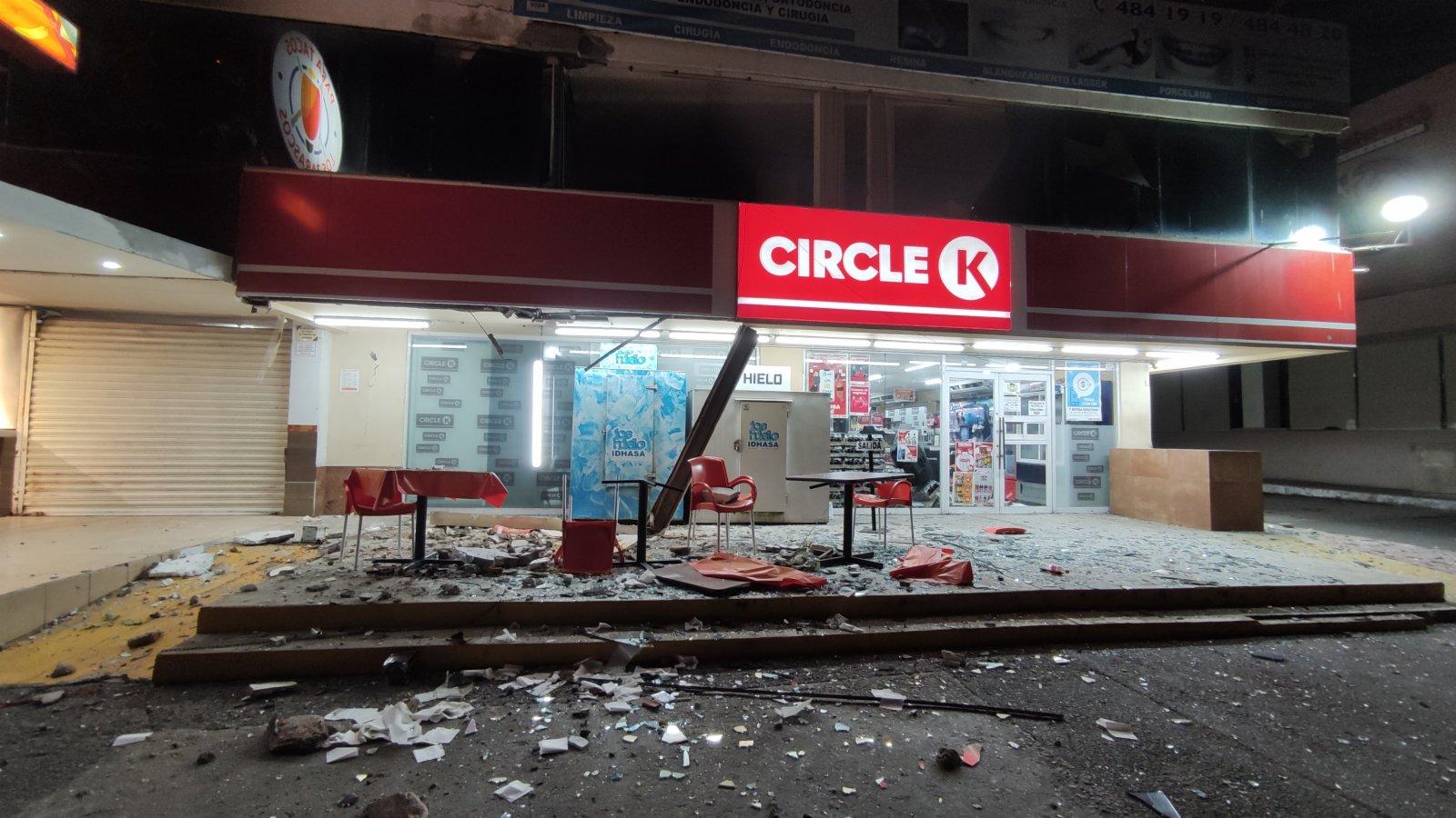 9月7日,在墨西哥格雷羅州阿卡普爾科,一家便利店所在的建築在地震中受損。
