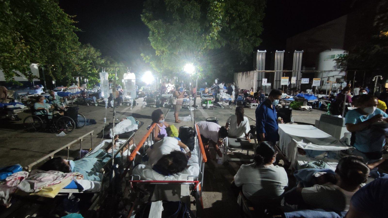 9月8日,在墨西哥格雷羅州阿卡普爾科,一家醫院的病患和醫護人員在地震發生後轉移到室外空地。