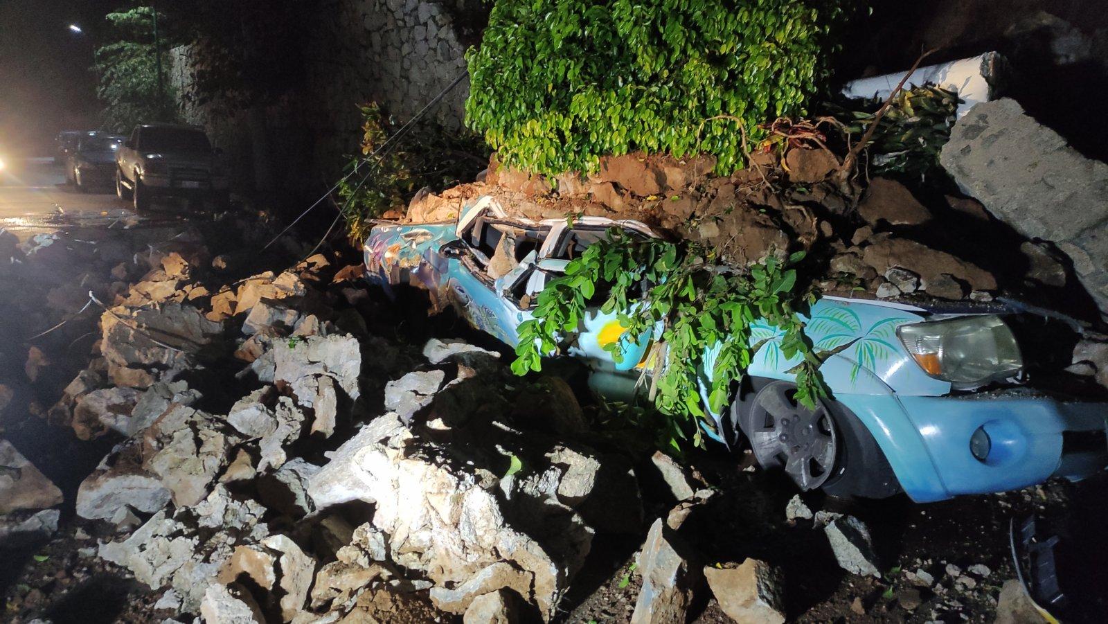 9月7日,在墨西哥格雷羅州阿卡普爾科,車輛在地震中受損。