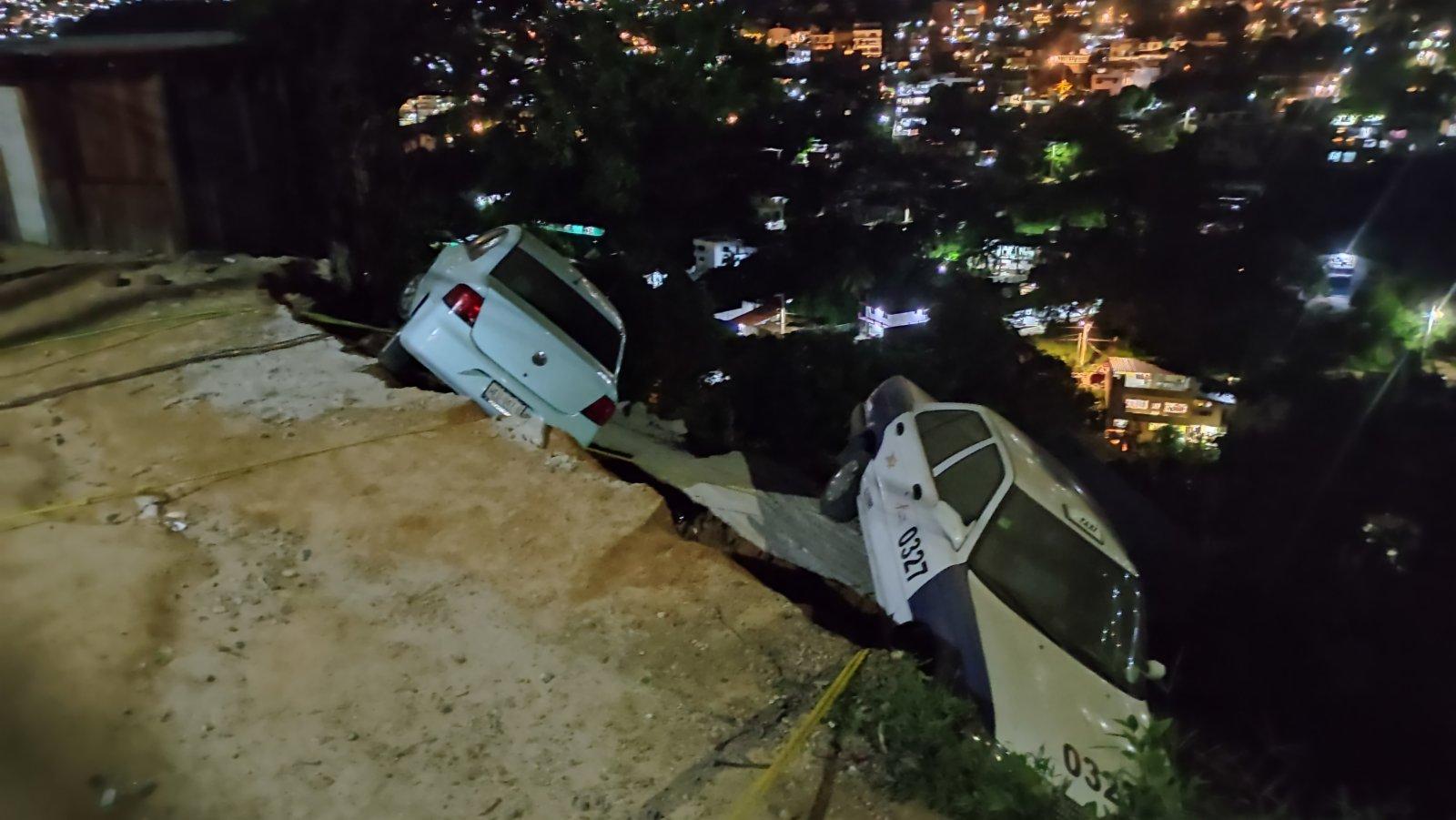 9月8日,在墨西哥格雷羅州阿卡普爾科,車輛在地震中受損。