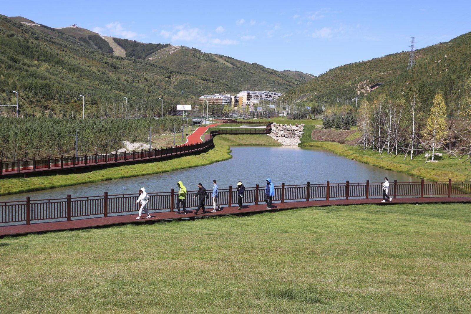 9月8日,遊人在張家口市崇禮區太子城體育公園棧道上行走。(新華社)