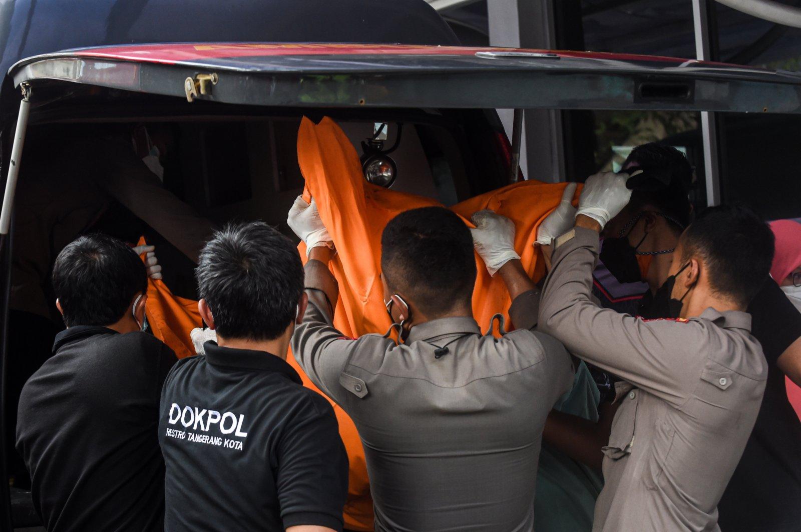 9月8日,在印度尼西亞唐格朗,人們轉移火災遇難者遺體。(新華社)