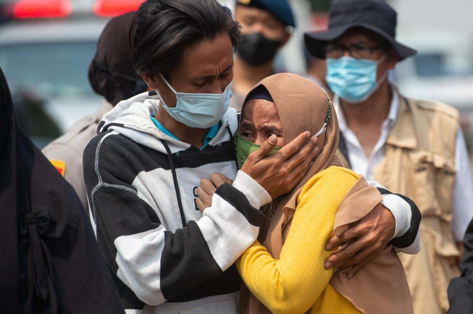 9月8日,在印度尼西亞唐格朗,火災遇難者家屬難掩悲痛。(新華社)